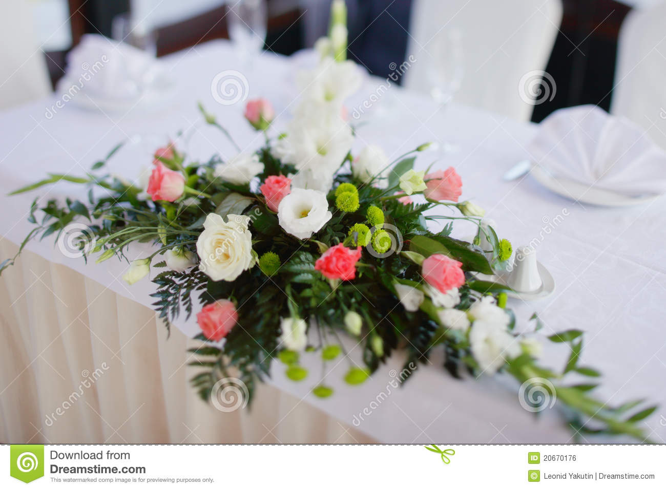 bouquet de mariage sur une table photo stock - image du café