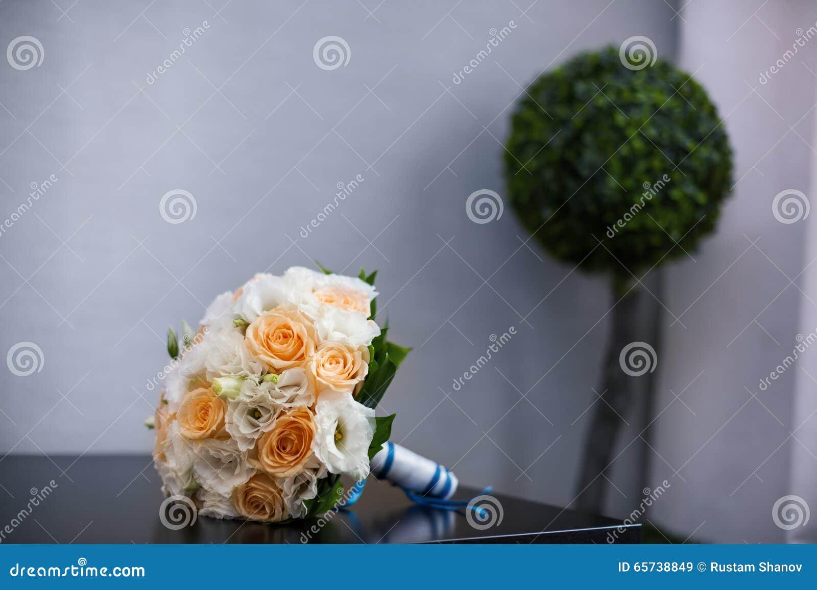 bouquet de mariage sur une table image stock - image du orange, jour