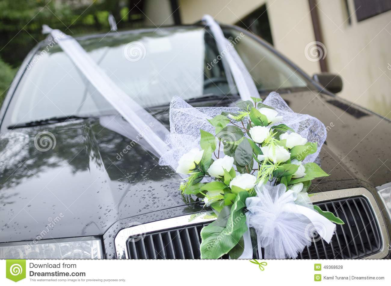 bouquet de mariage sur une voiture photo stock image du course near 49368628. Black Bedroom Furniture Sets. Home Design Ideas