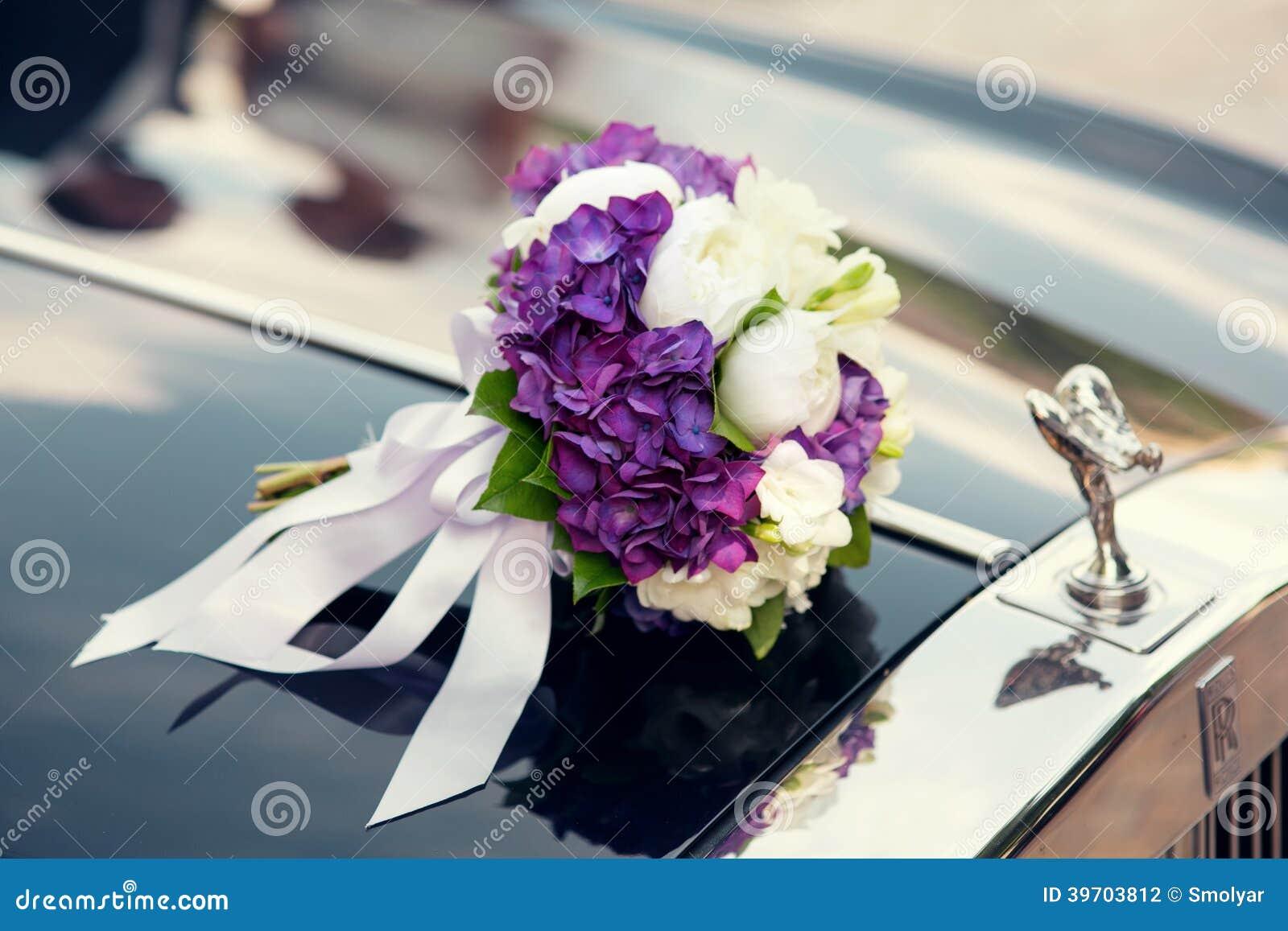 bouquet de mariage sur une voiture de mariage photo stock. Black Bedroom Furniture Sets. Home Design Ideas