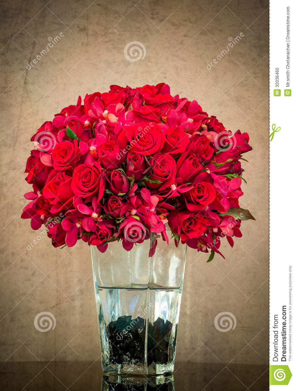 bouquet de rose de rouge dans le vase en verre photo stock image 32036460. Black Bedroom Furniture Sets. Home Design Ideas