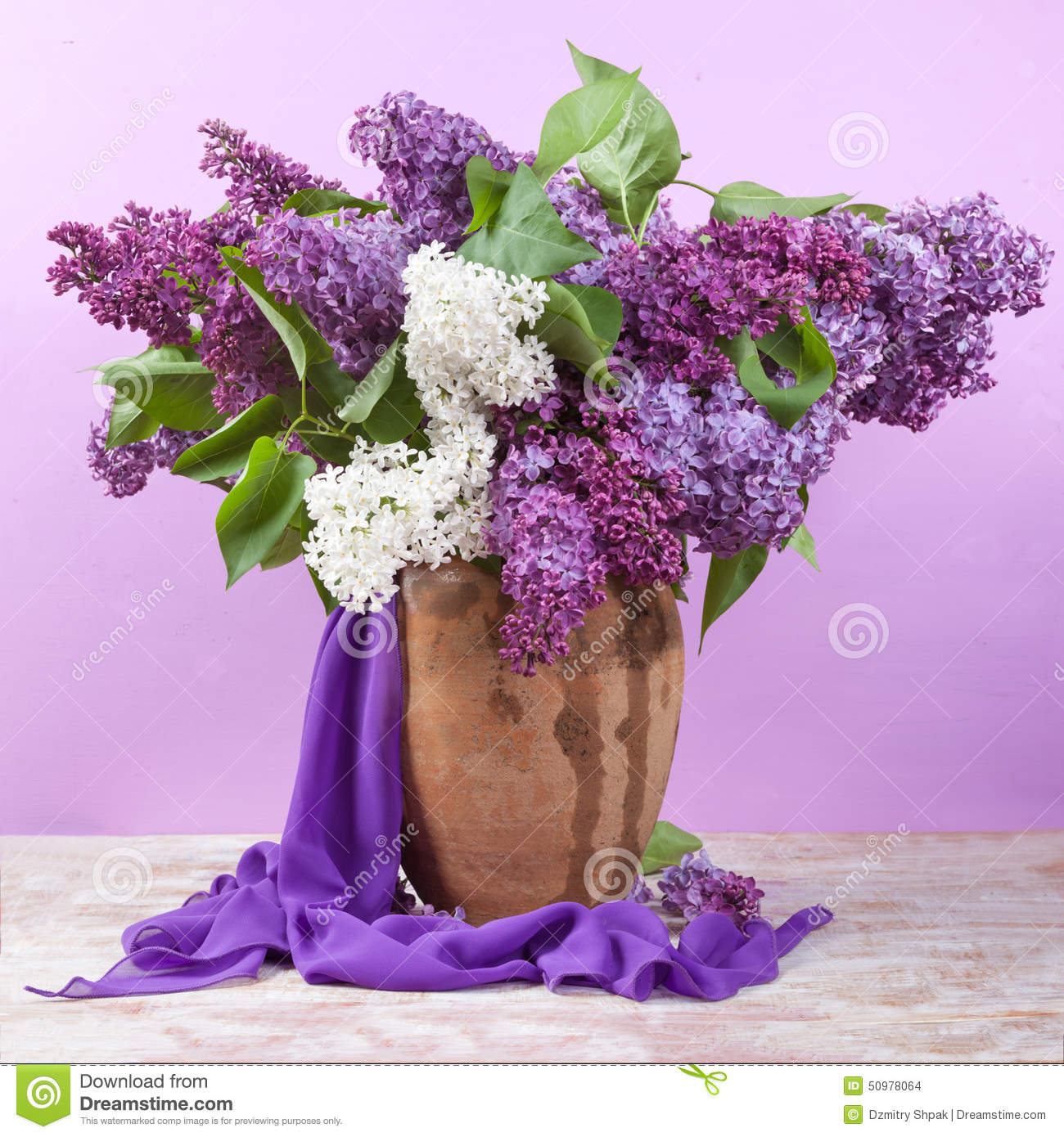 bouquet de source le muguet et lilas dans un vase photo stock image 50978064. Black Bedroom Furniture Sets. Home Design Ideas
