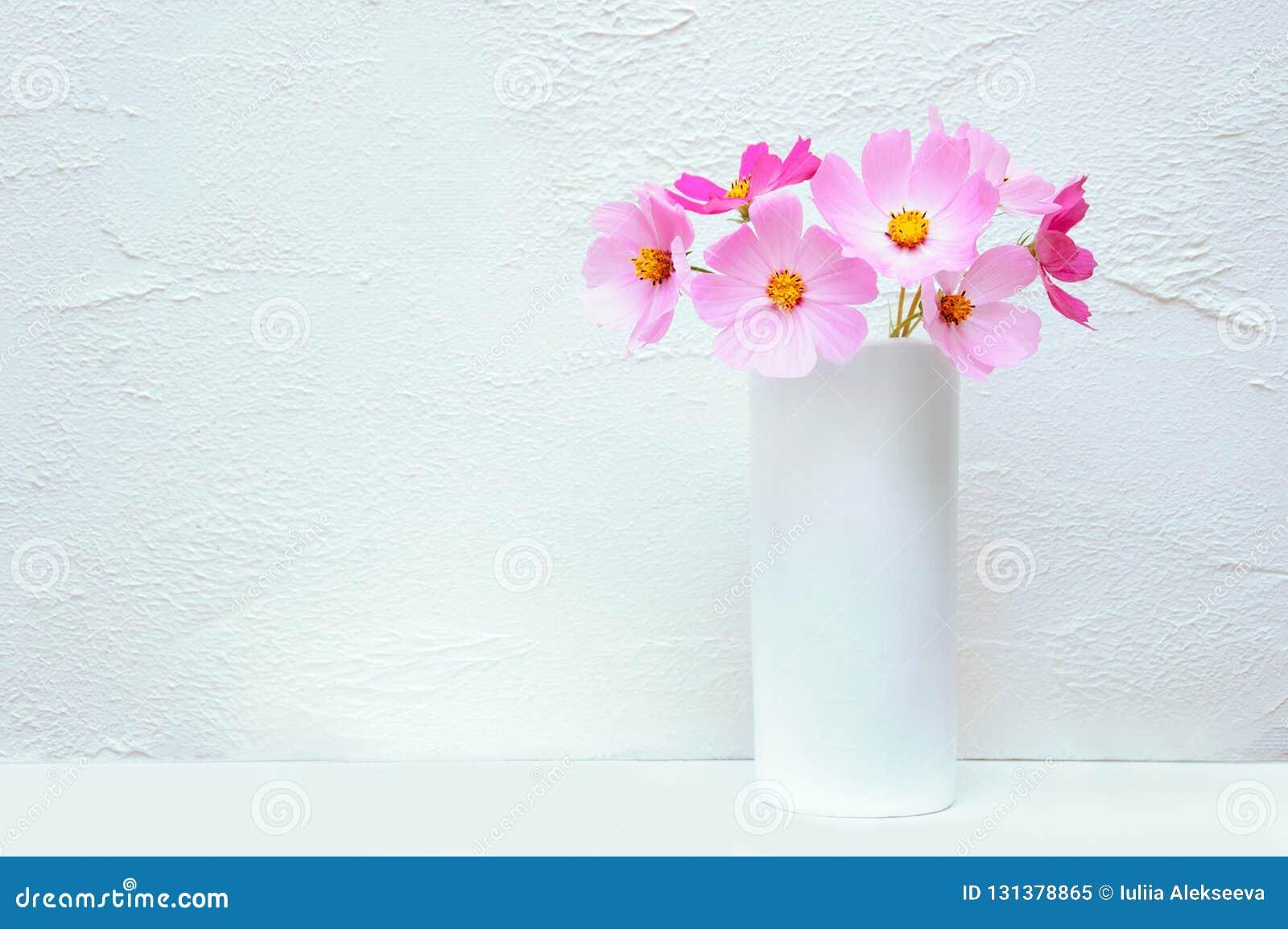 Bouquet des fleurs Cosme dans un vase blanc