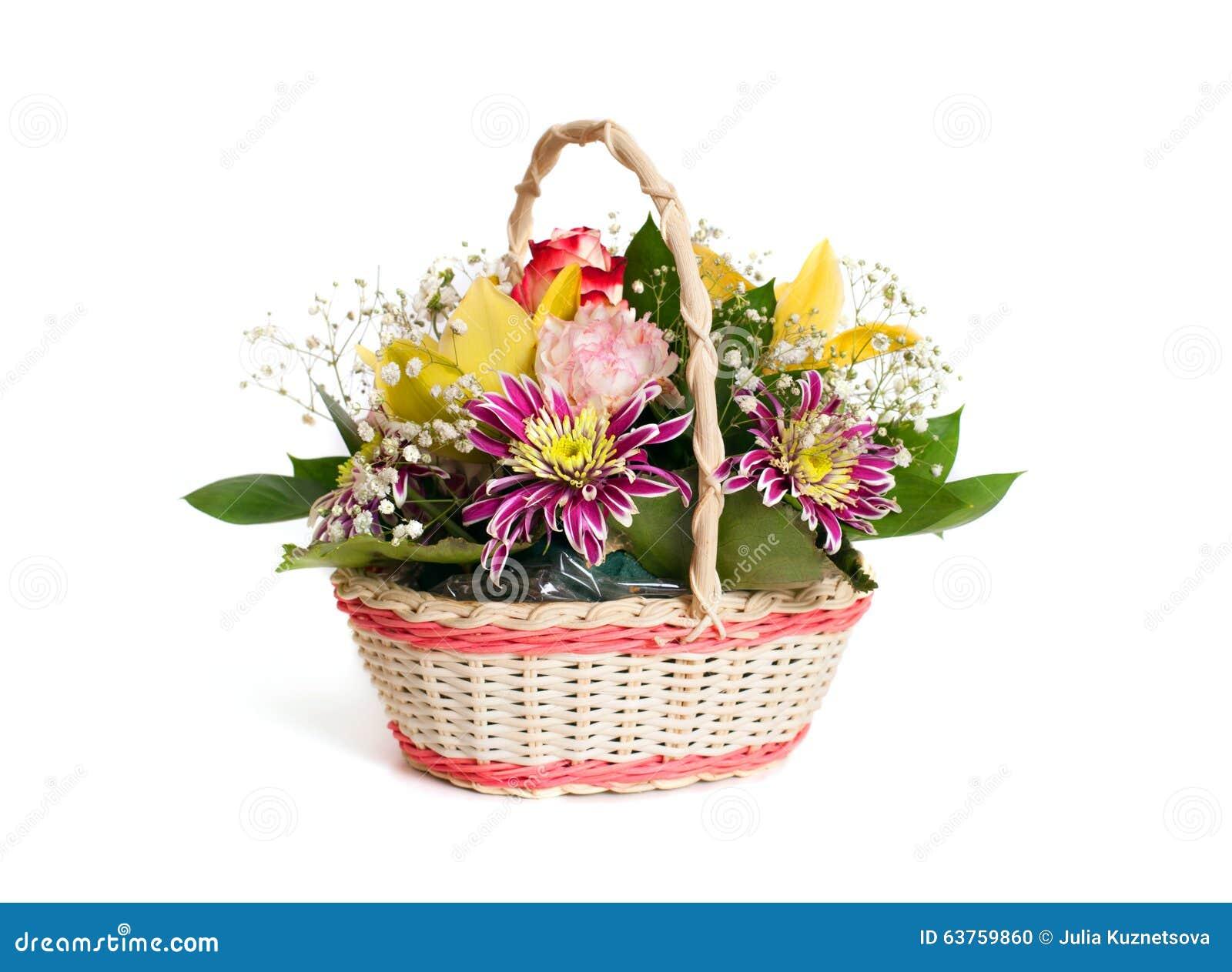 Panier De Fleurs Fraîches : Bouquet des fleurs dans un panier en osier photo stock