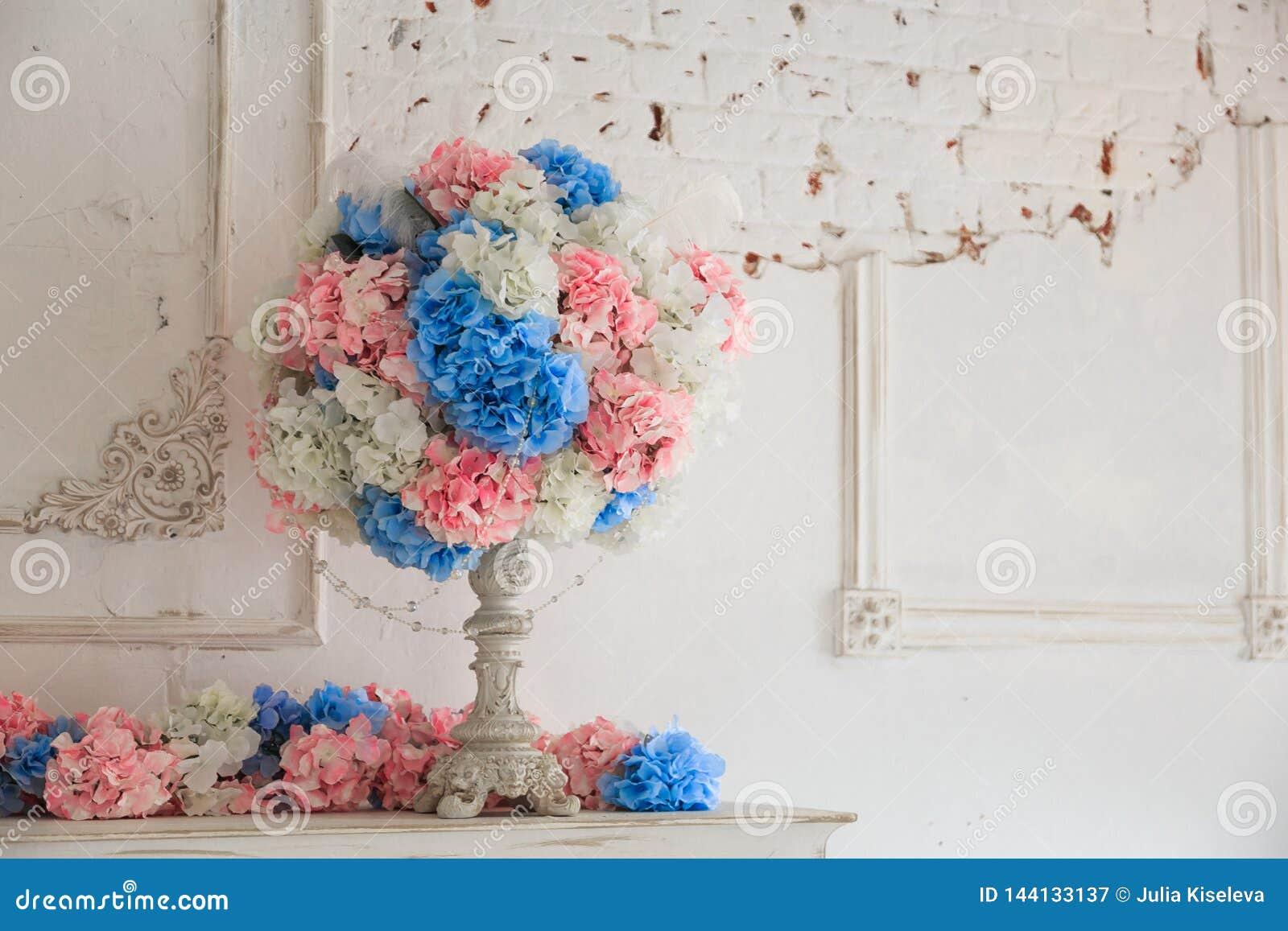 Bouquet des fleurs dans un vase sur la table en bois