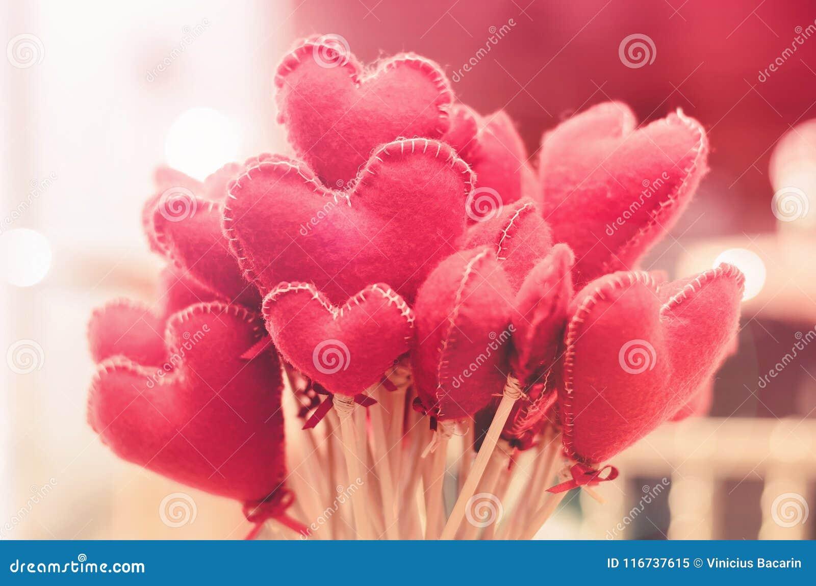 bouquet des fleurs en forme de coeur fond d'amour pour le ` s de