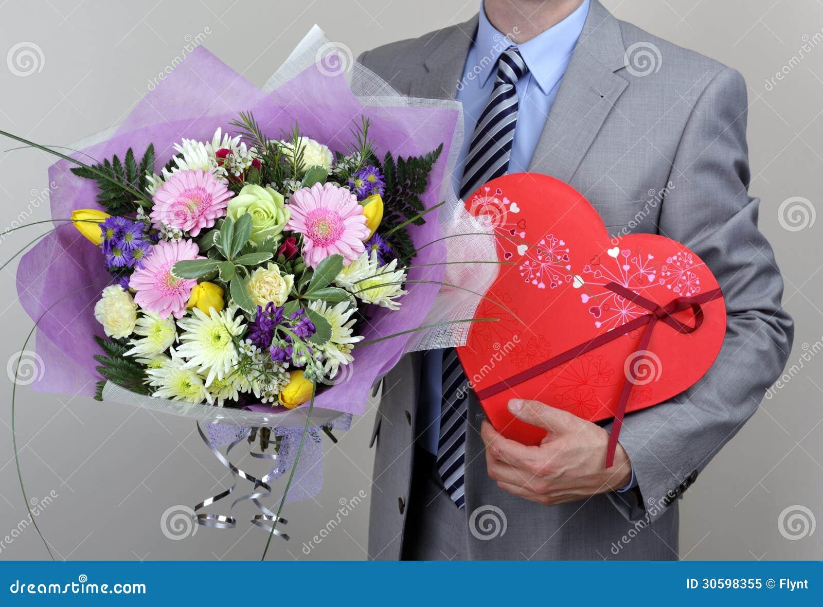 Bouquet Des Fleurs Et De La Boite De Chocolats Image Stock Image