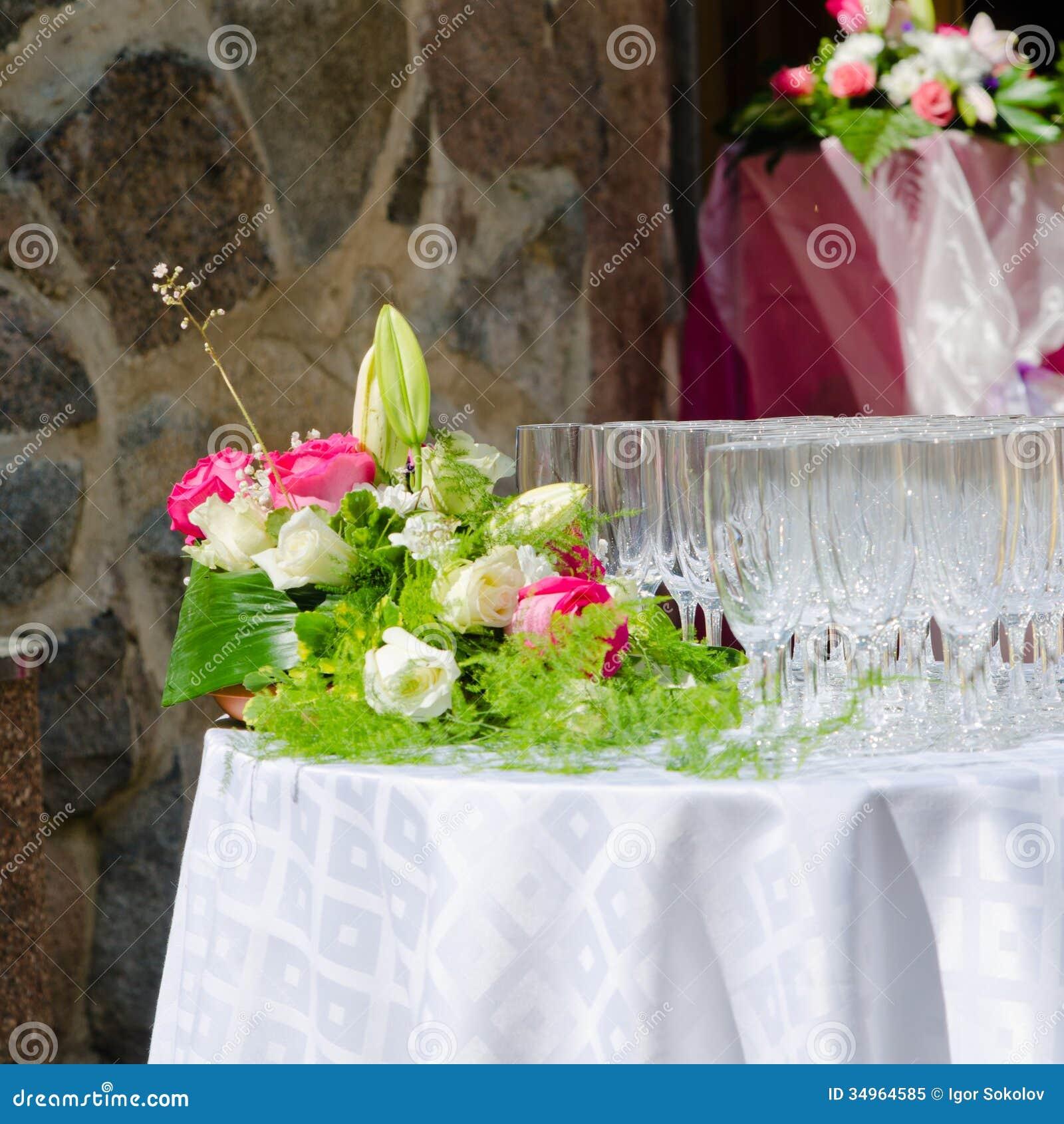 bouquet des fleurs et des verres de vin pour un mariage image stock image du roman fleur. Black Bedroom Furniture Sets. Home Design Ideas