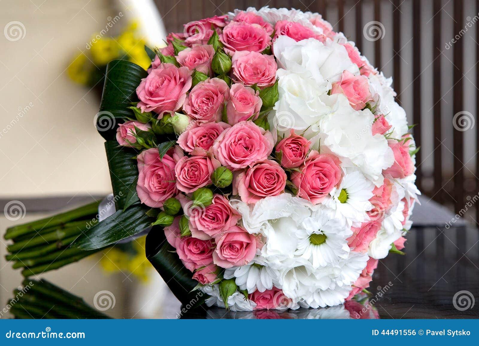 bouquet des fleurs fra ches pour la c r monie de mariage photo stock image du vacances. Black Bedroom Furniture Sets. Home Design Ideas