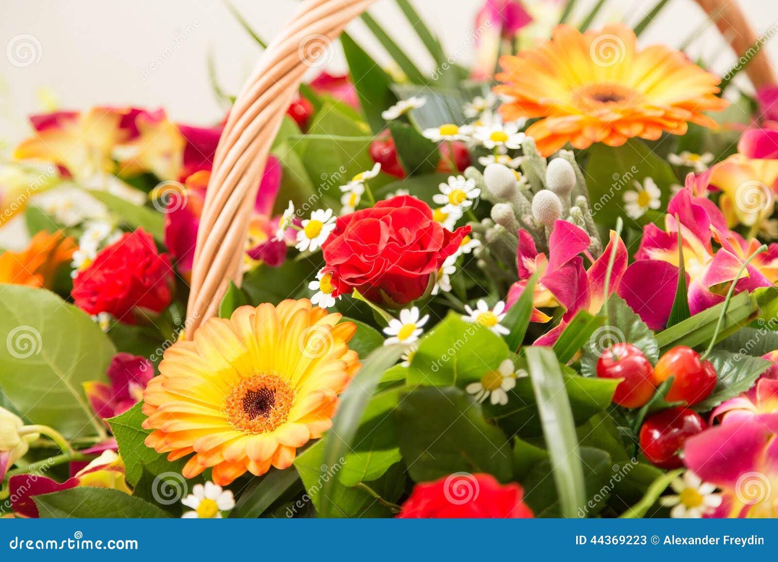 Bouquet des fleurs multicolores dans un panier wattled
