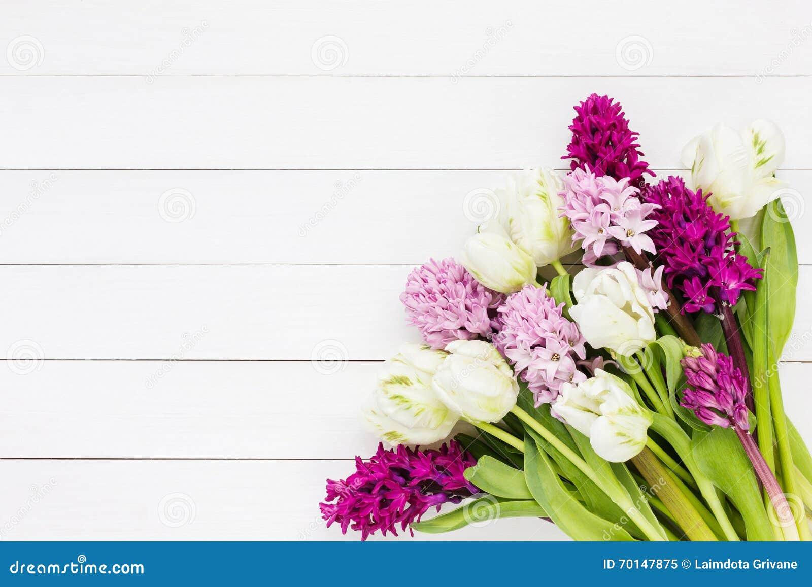 bouquet des fleurs roses de jacinthe et des tulipes blanches sur
