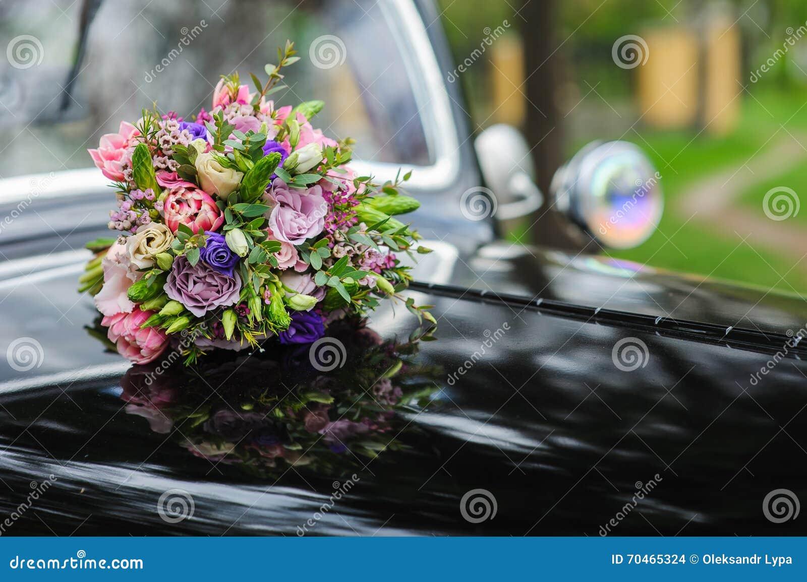 bouquet des fleurs sur la rtro voiture de mariage de capot - Fleurs Capot De Voiture Mariage
