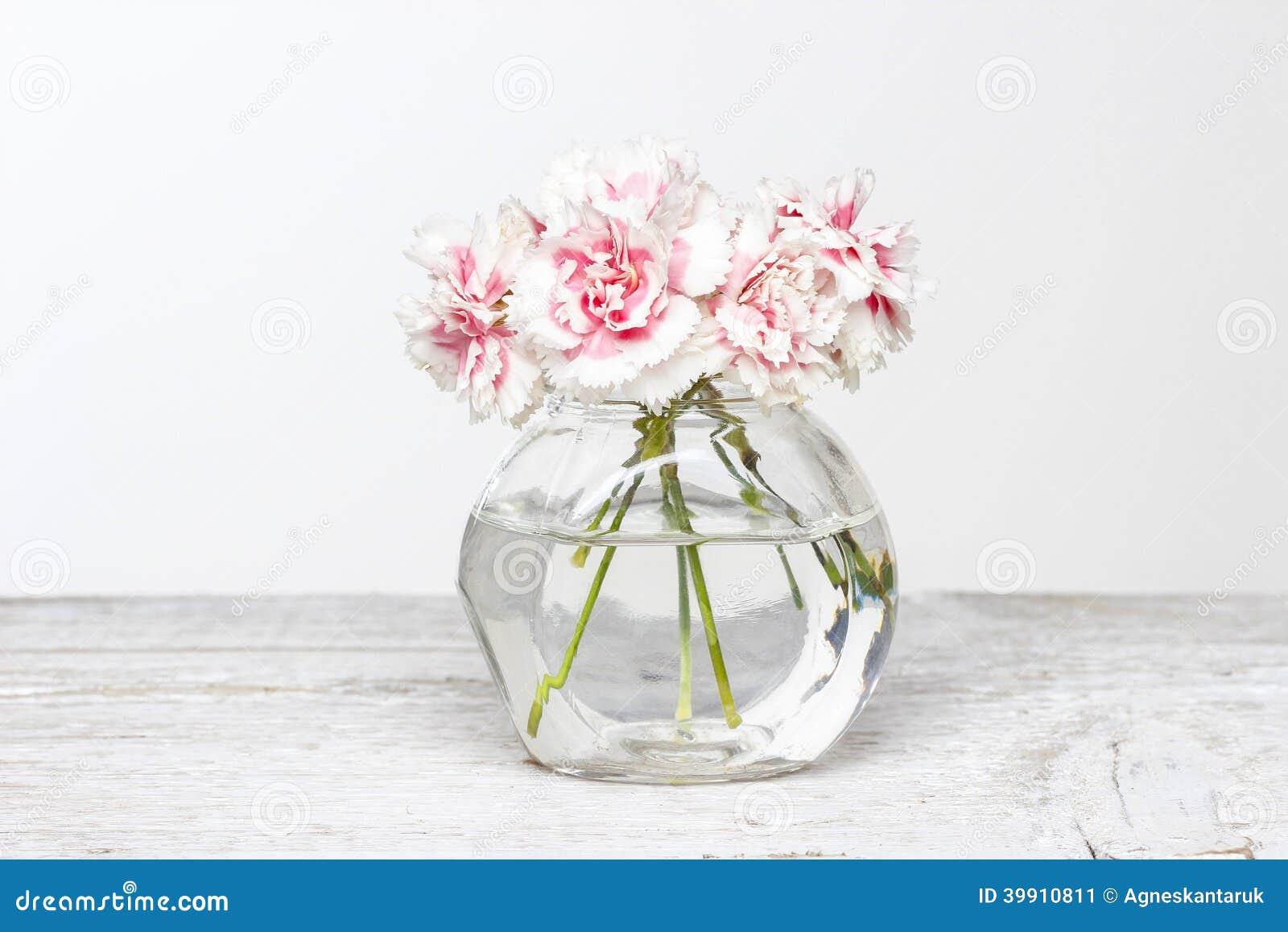 bouquet des oeillets roses dans le petit vase en verre image stock image 39910811. Black Bedroom Furniture Sets. Home Design Ideas