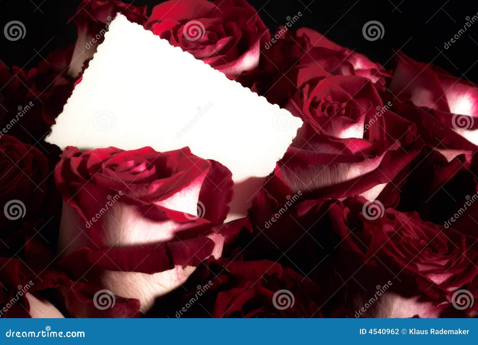 Bouquet des roses avec la carte de voeux