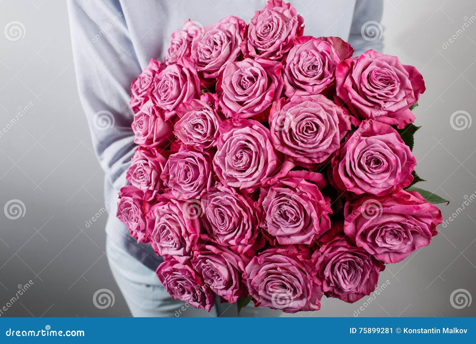 Bouquet des roses dans des mains le fleuriste rose de for Prix bouquet de rose fleuriste