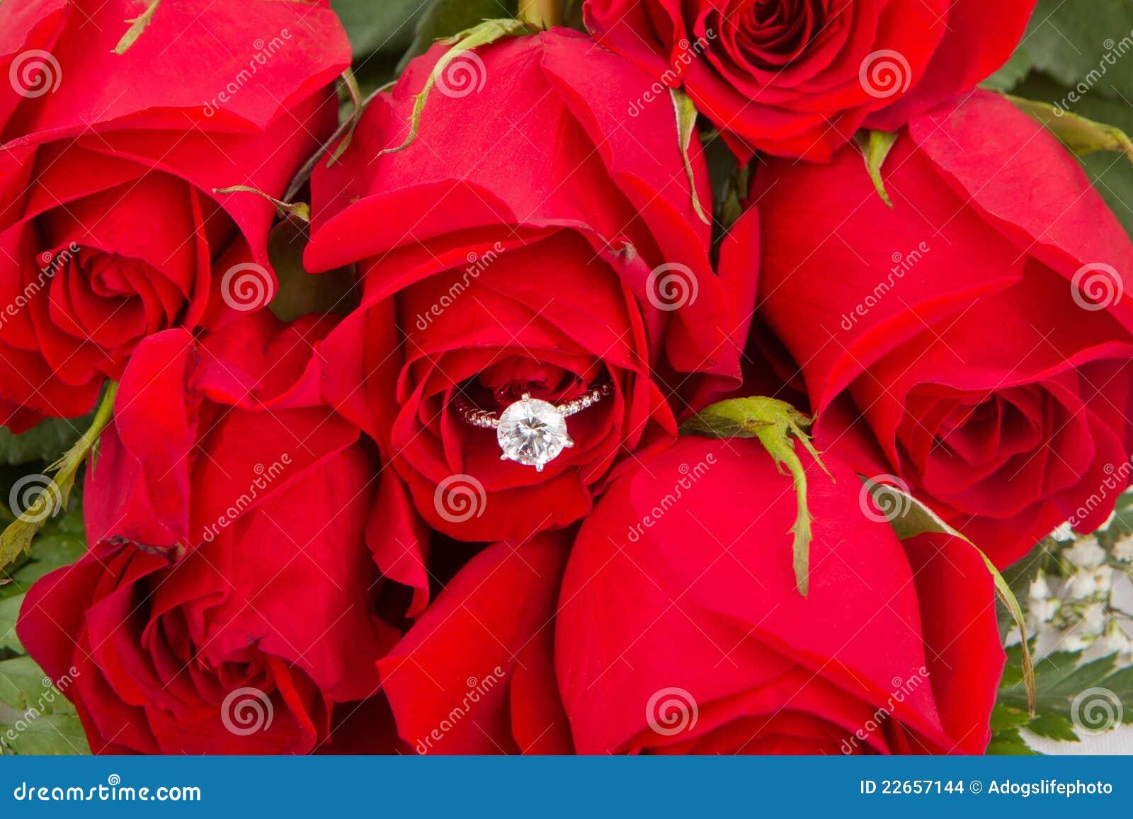 Roses Avec La Bague Stock De Des Photo Rouges Fiançailles Bouquet Yb7ygfI6v