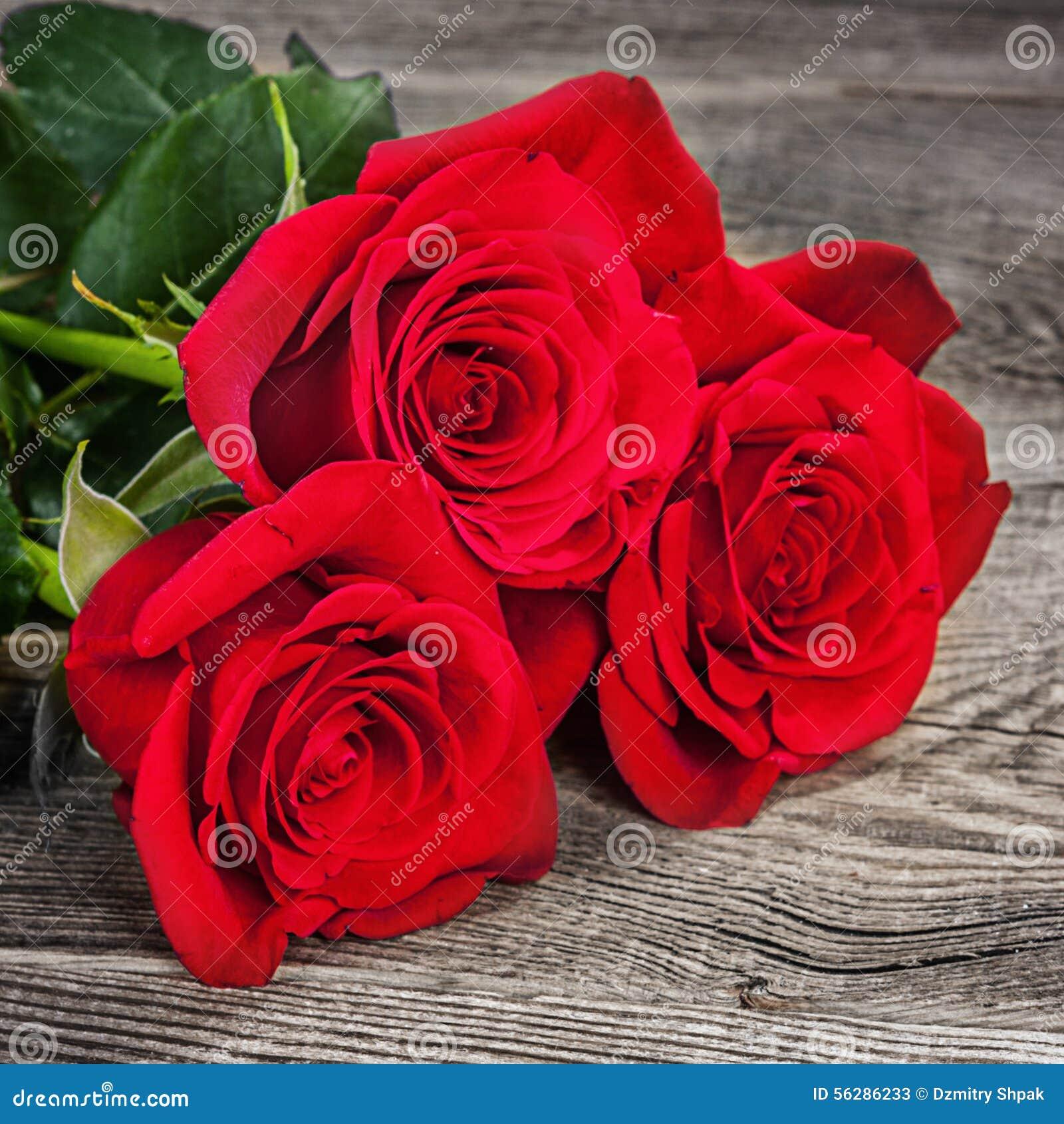 Bouquet des roses rouges sur les vieux conseils