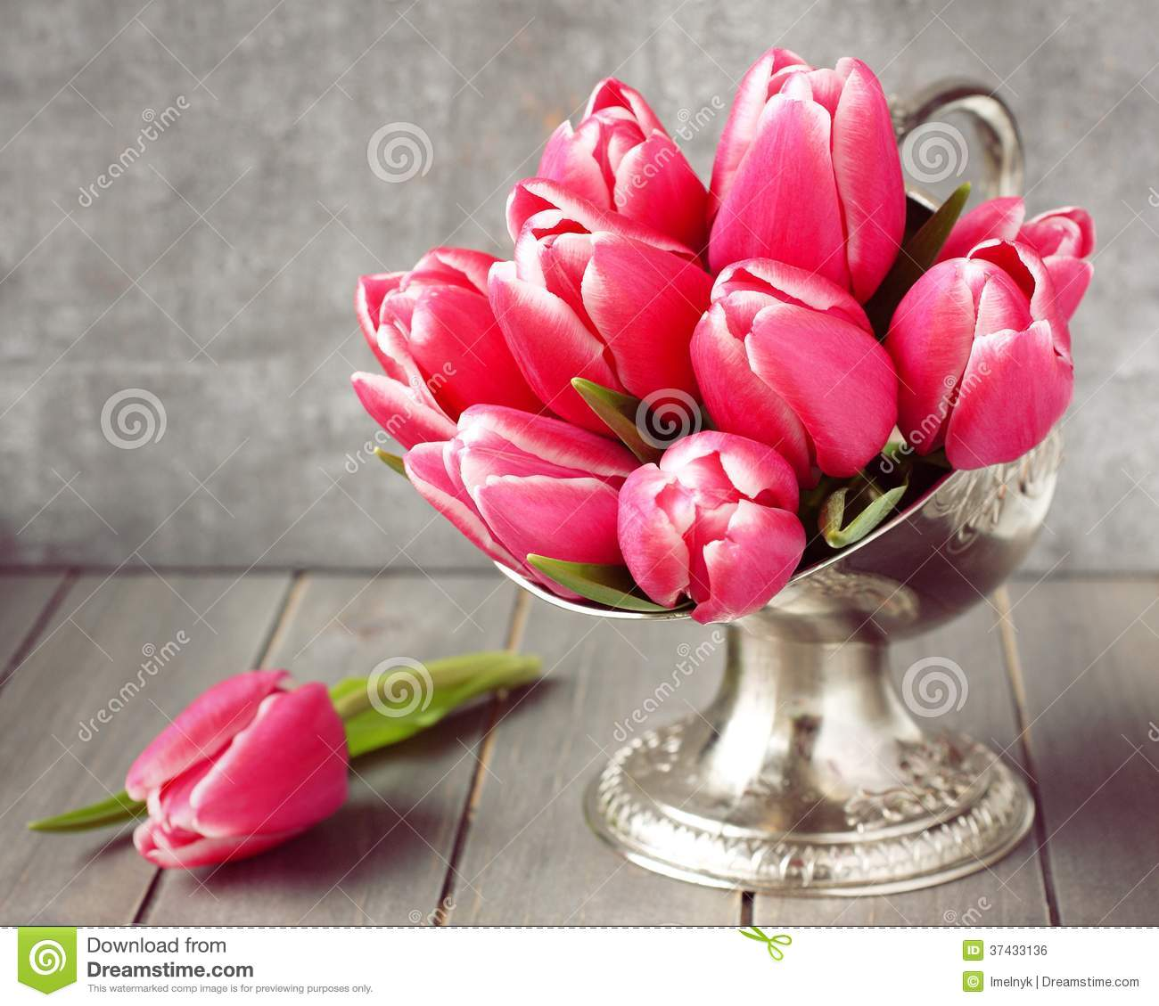 Bouquet des tulipes roses dans le vase en m tal sur le for Bouquet de tulipes