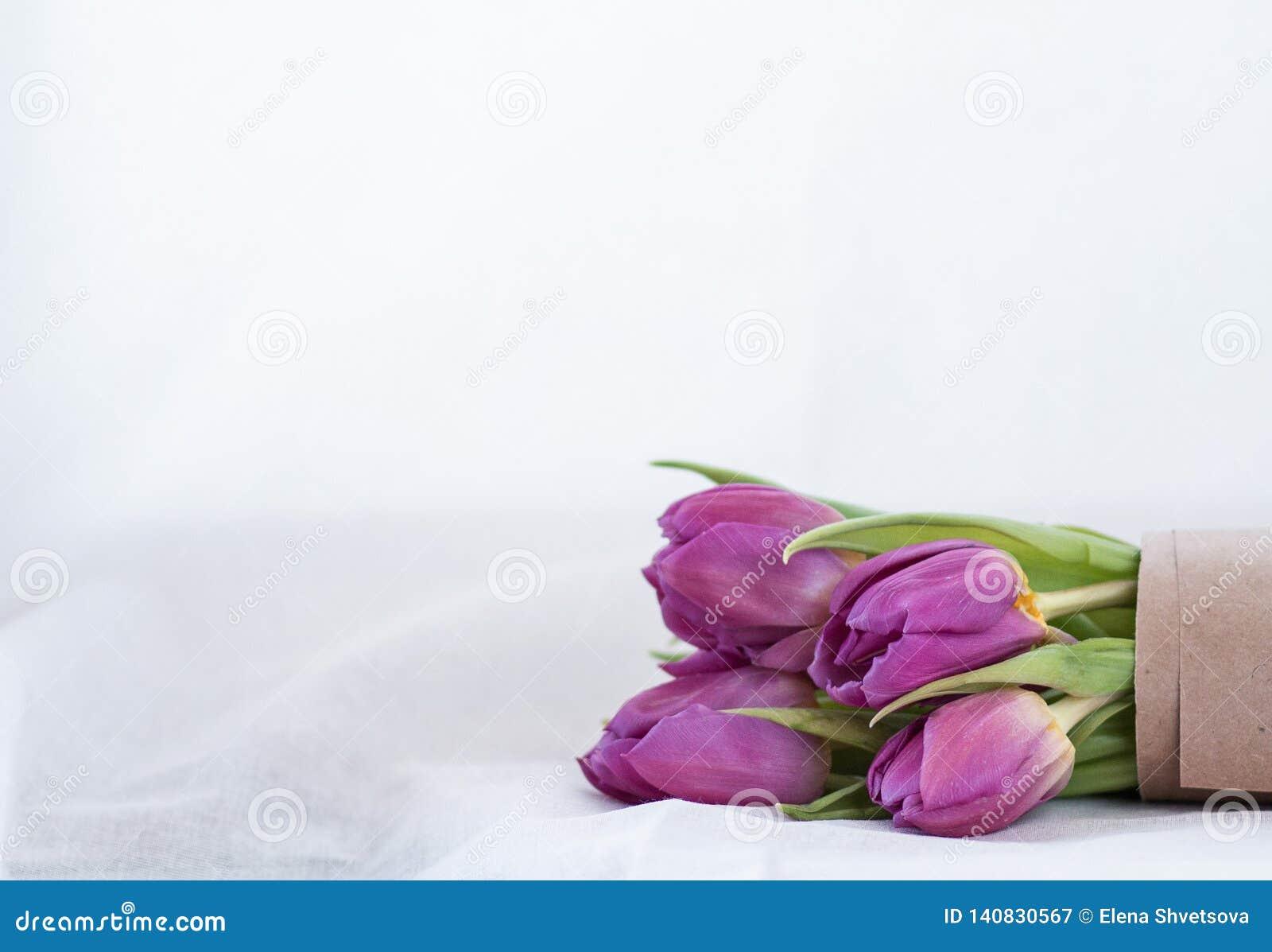 Bouquet des tulipes roses sur un fond blanc
