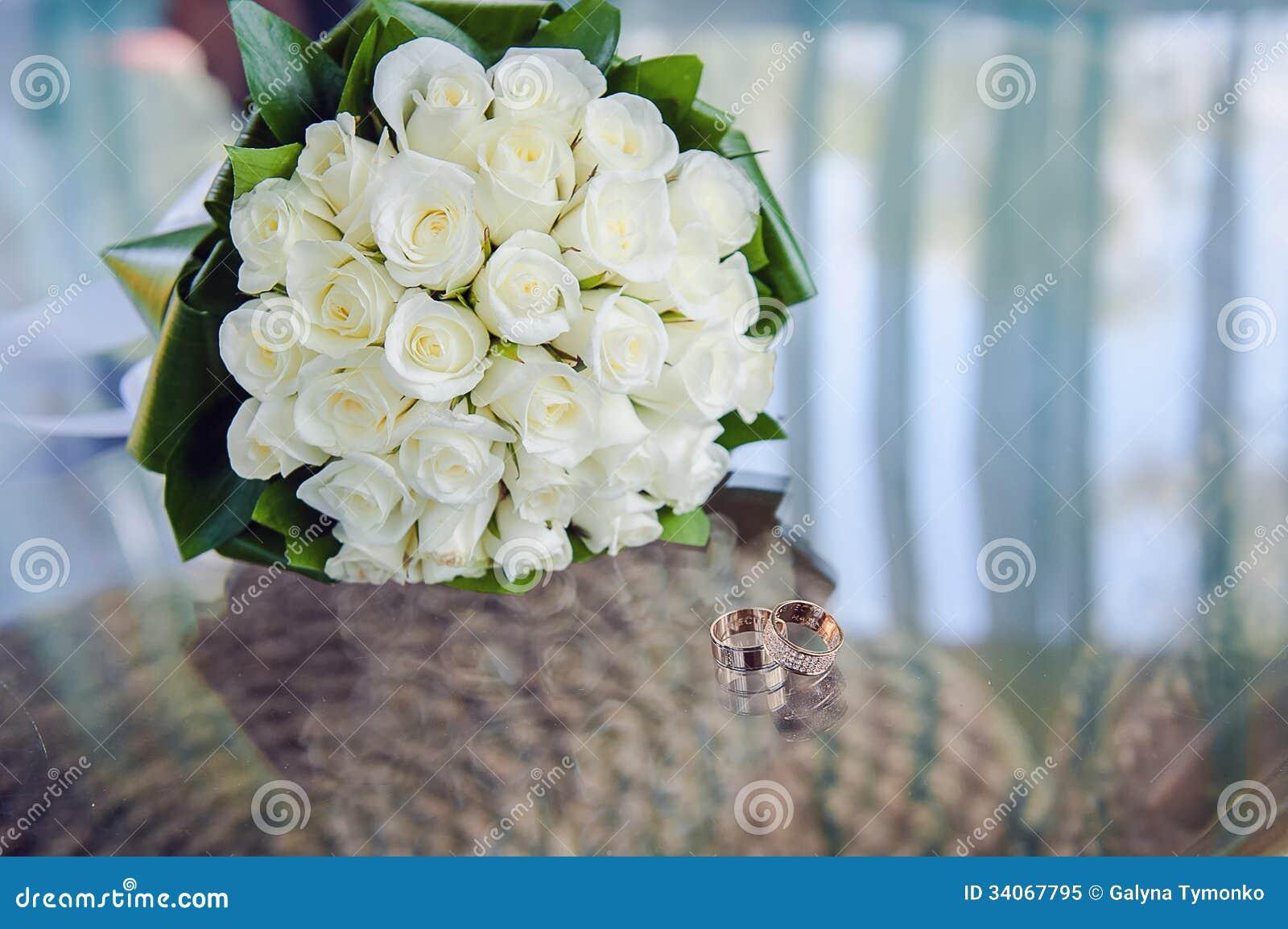 Bouquet et anneaux de mariage