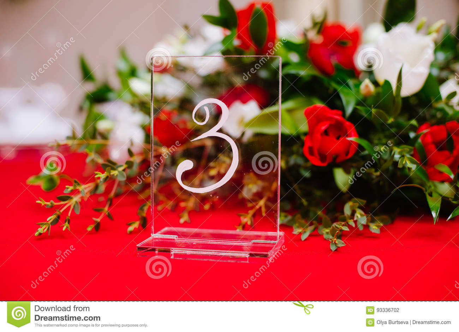 bouquet et nombre sur la table d'invité sur la cérémonie de mariage