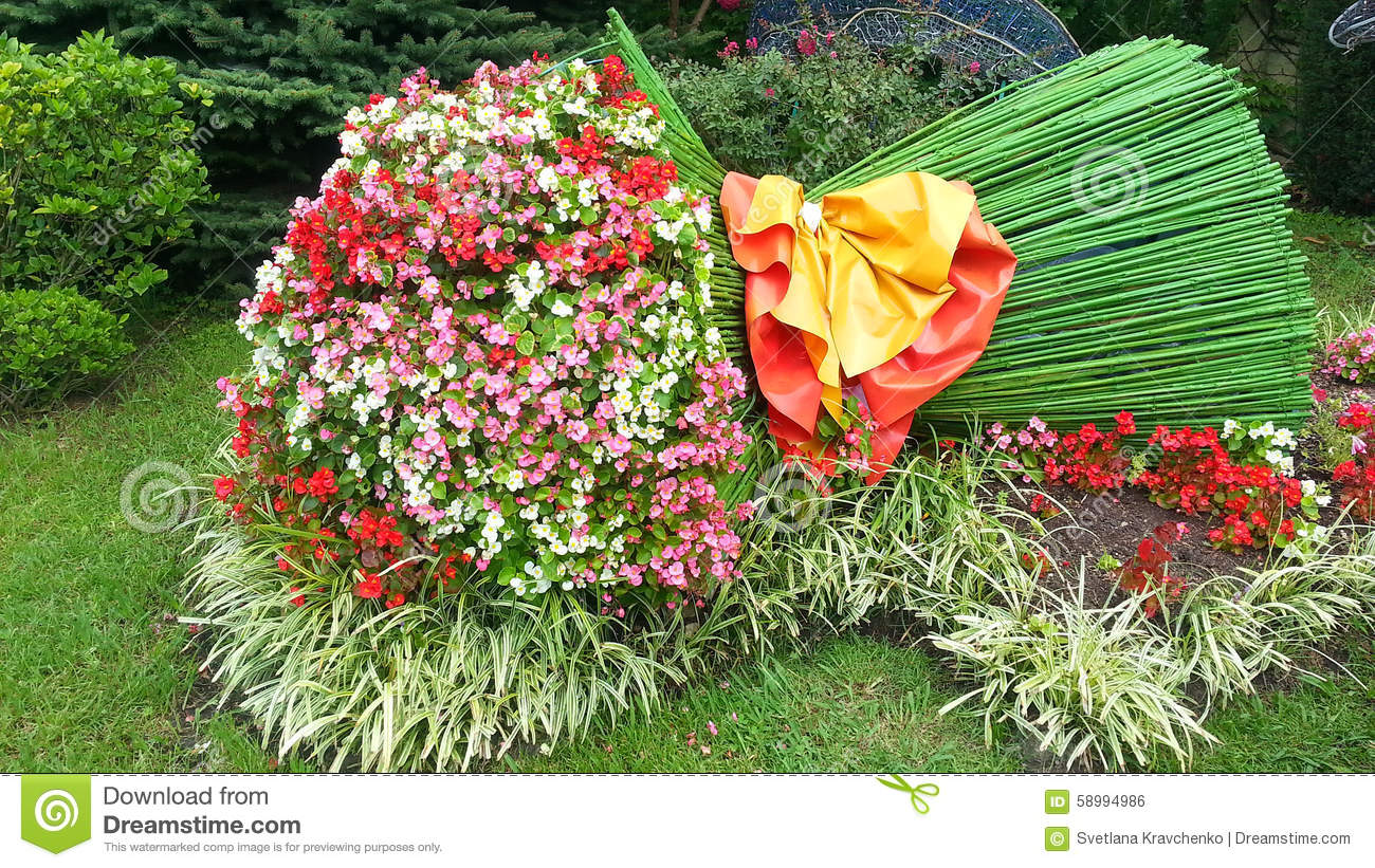 Bouquet of flowers original flowerbed landscape design for Large flower bed design ideas