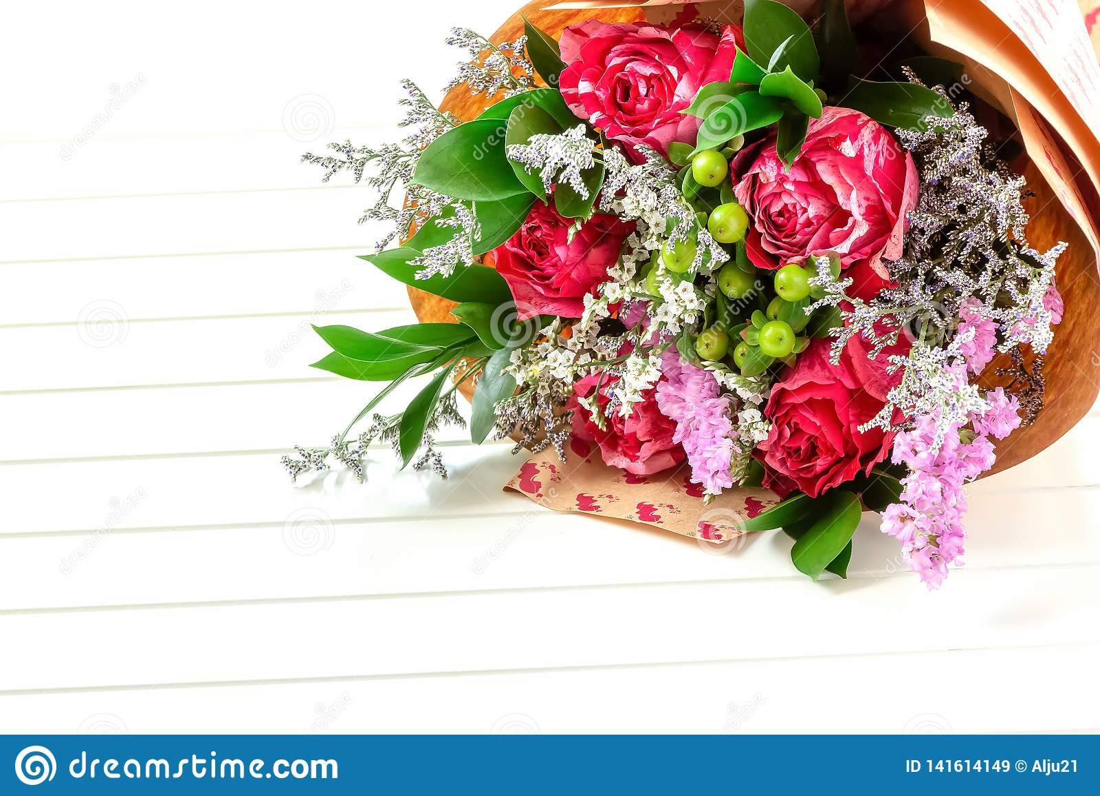 Bouquet Frais Et Luxuriant Des Fleurs Colorées Sur Le Fond