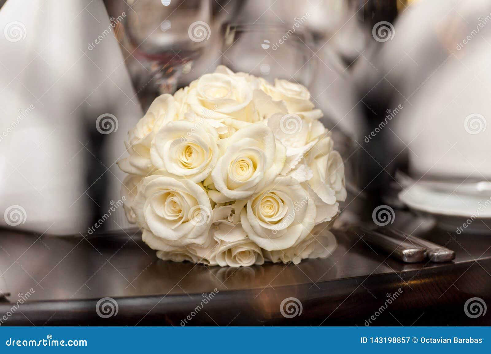 Bouquet jaune des roses sur la table en bois