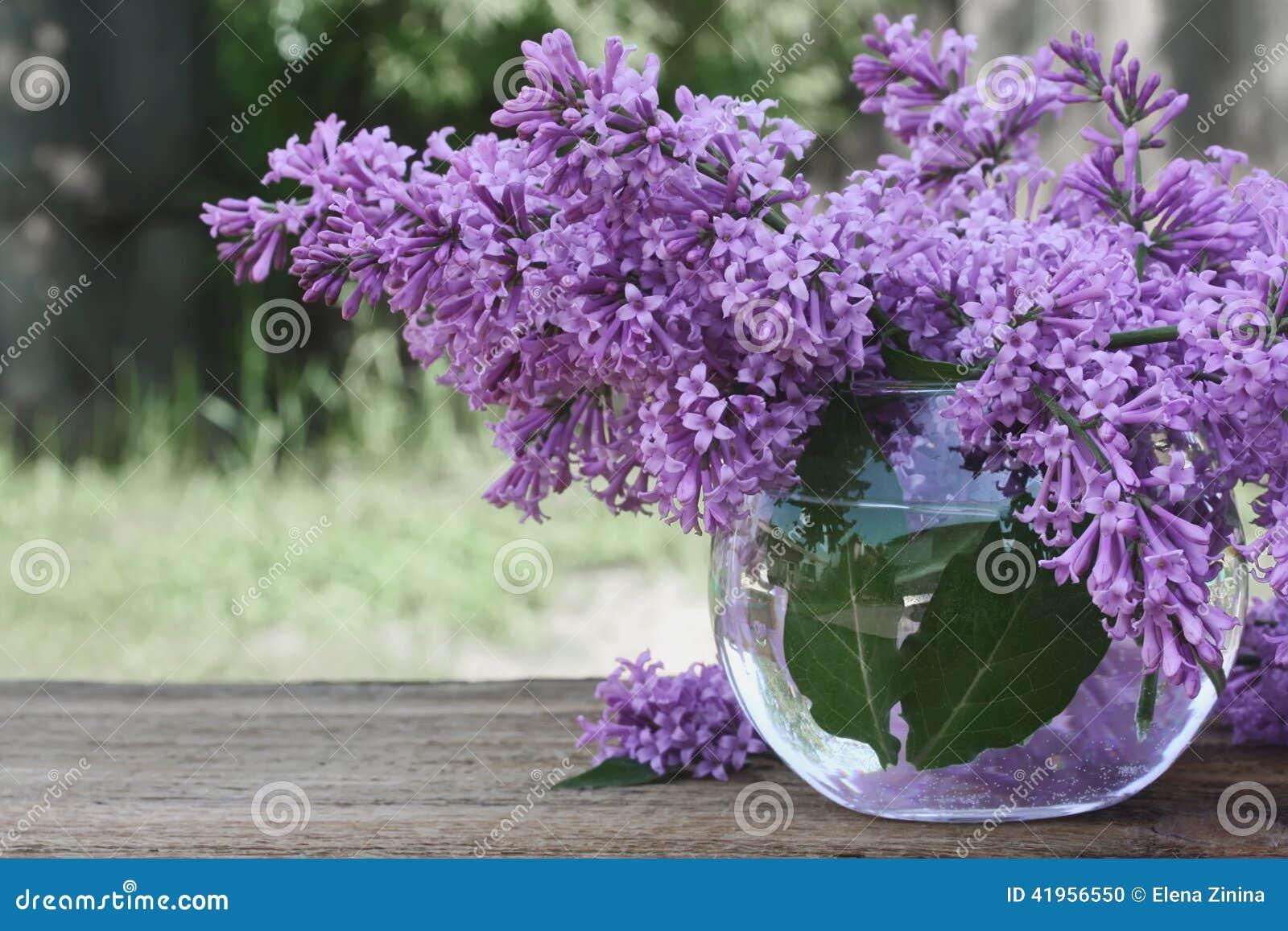 Bouquet lilas dans un vase en verre rond sur la table en for Bouquet de fleurs lilas