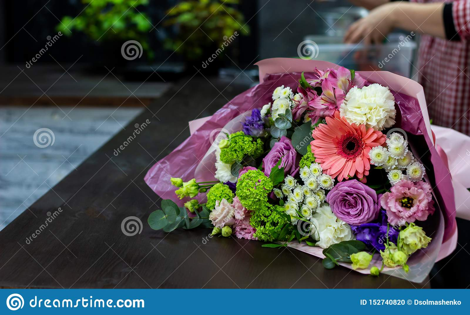 Bouquet lumineux des fleurs fraîches sur une table en bois brune