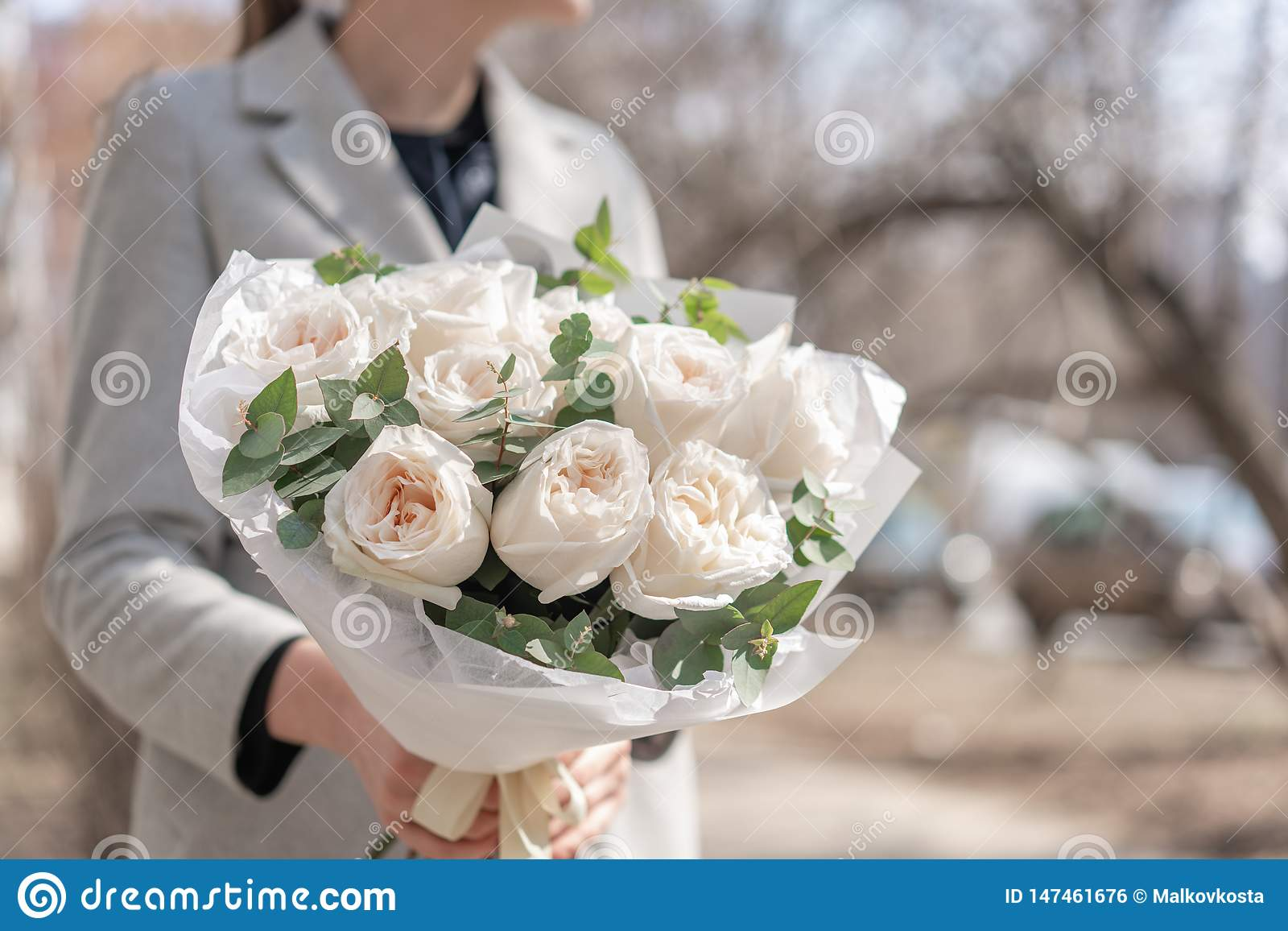 Bouquet mono des roses de jardin Bouquet sensible des fleurs m?lang?es chez les mains de la femme le travail du fleuriste ? une f