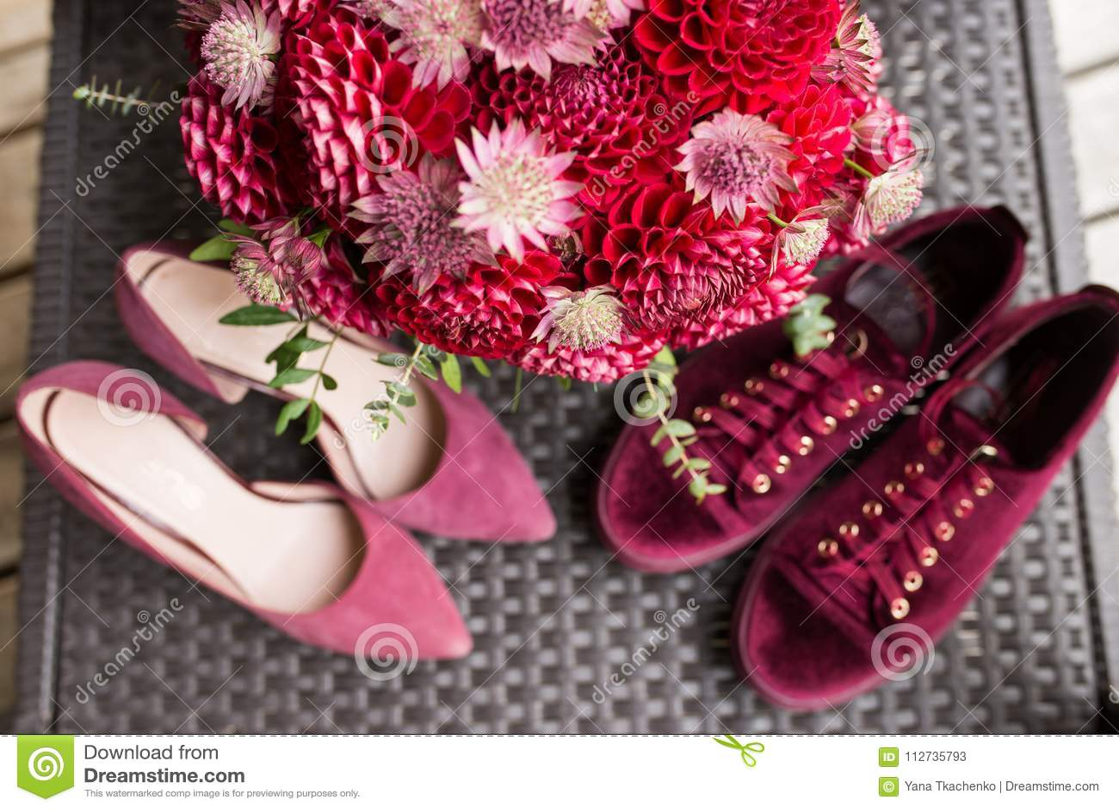 Bouquet nuptiale rouge des dahlias au foyer Wedding floristique