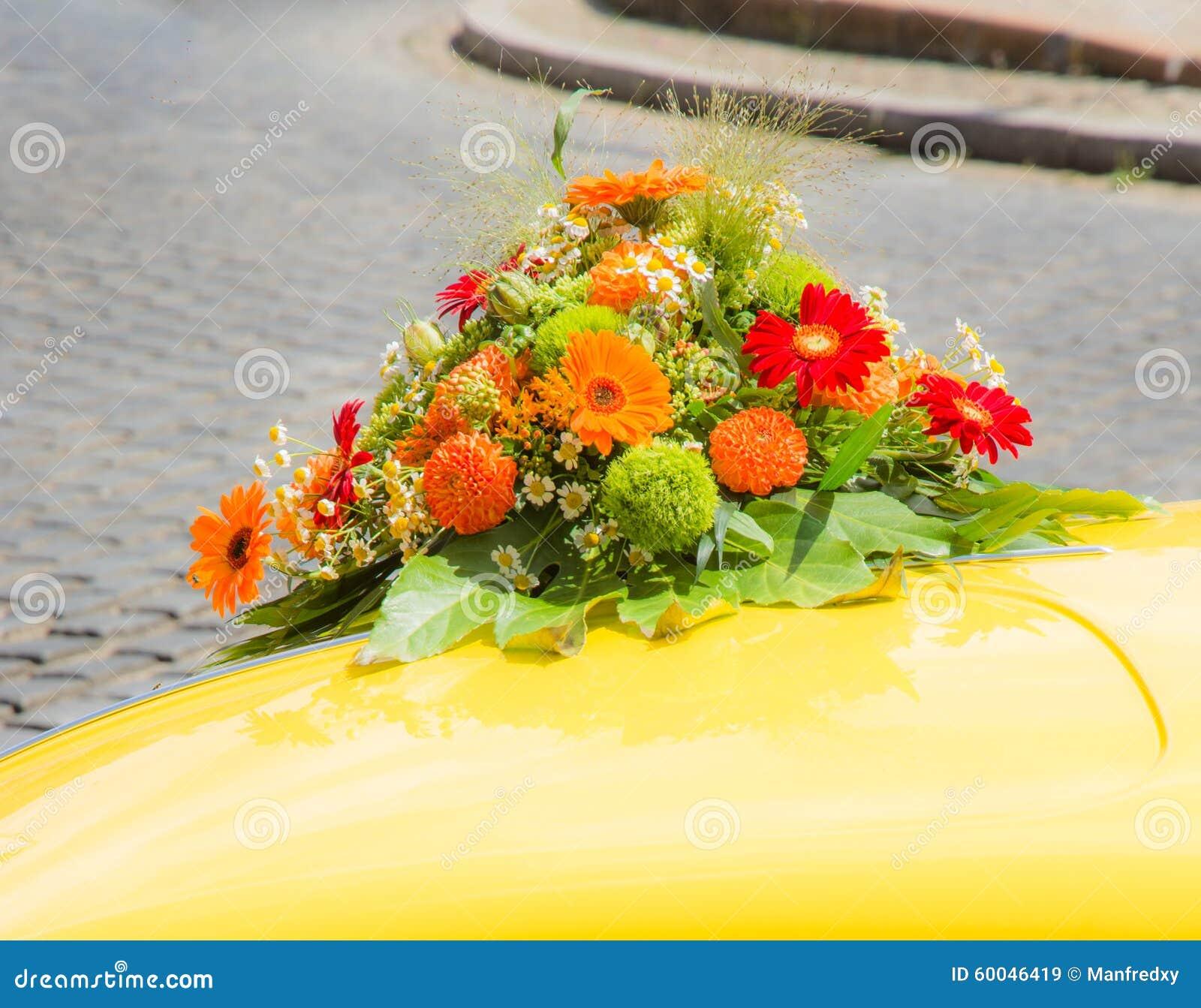 bouquet nuptiale sur une voiture jaune de mariage image. Black Bedroom Furniture Sets. Home Design Ideas