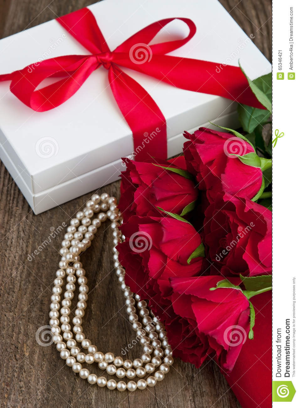 Bouquet Of Red Roses And Gift Box , Valentines Day ...