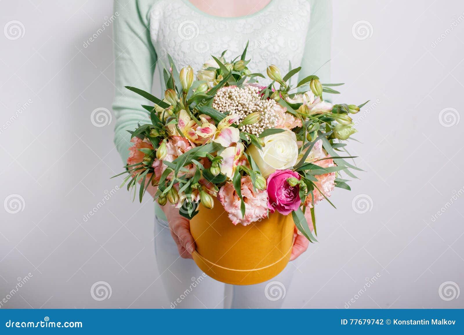 bouquet riche avec l 39 hortensia chez la main de la femme roses color es et diverses fleurs de. Black Bedroom Furniture Sets. Home Design Ideas