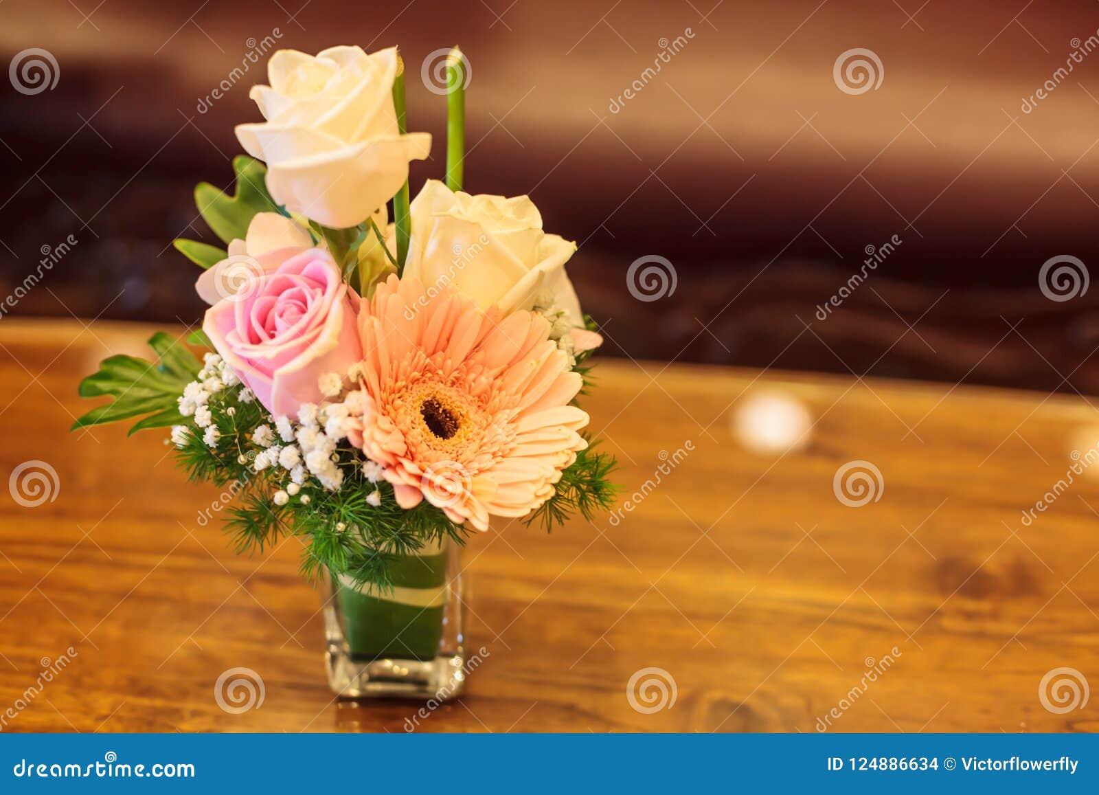 Bouquet Romantique Coloré De Fleur Avec Sur Le Fond En Bois