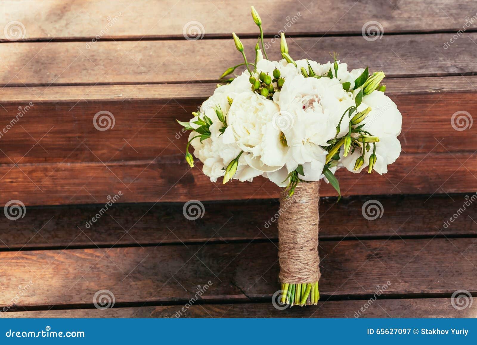Bouquet rustique de mariage sur le backgraund en bois brun sur la cérémonie pl