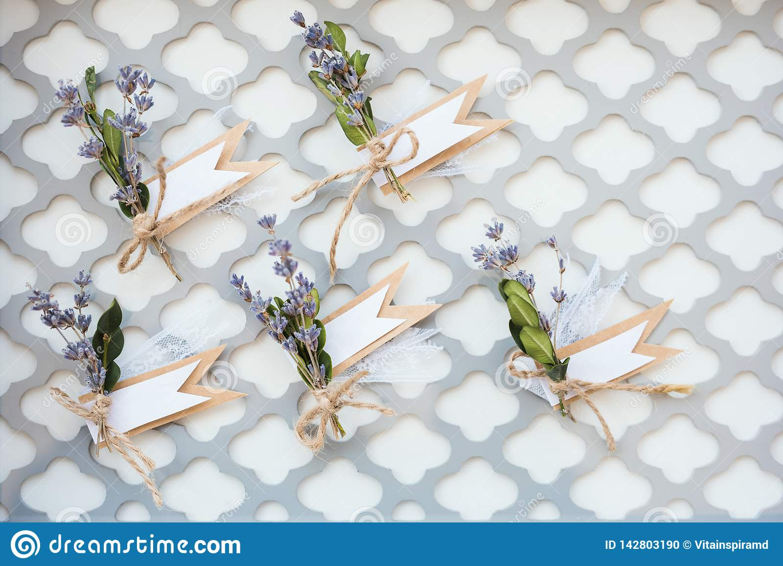 Bouquets avec des rubans loof par la grille en acier