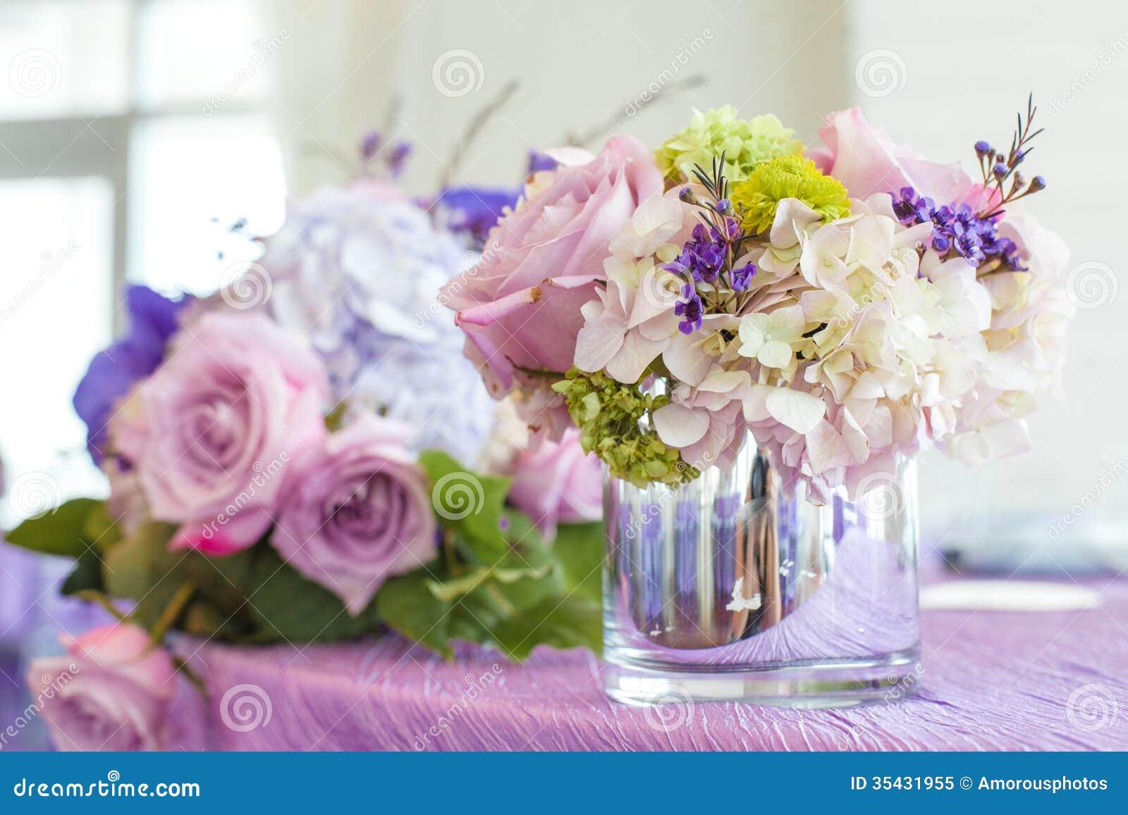 bouquets de fleur sur la table image stock - image du floraison