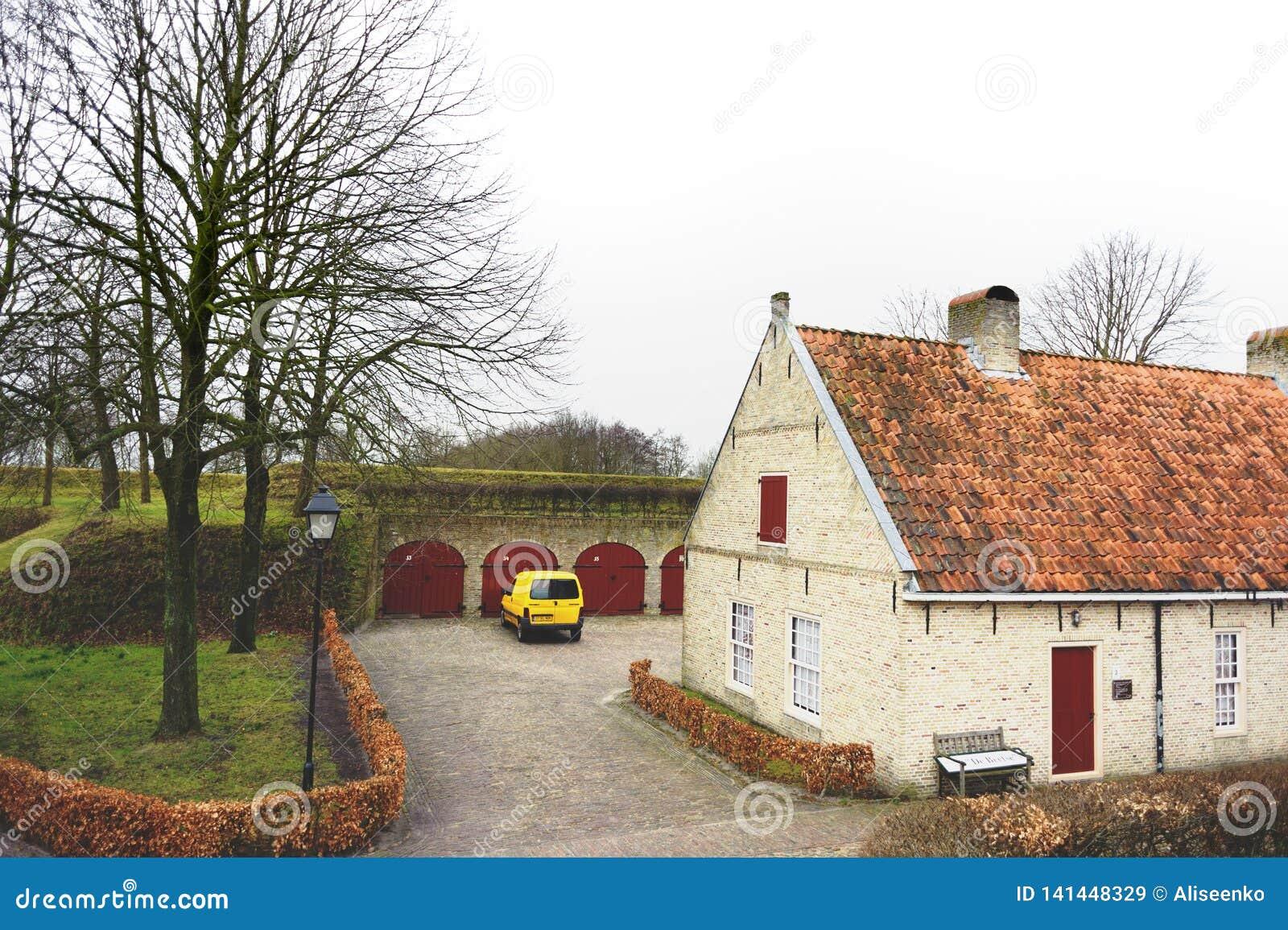 Bourtange, provincia de Groninga, Países Bajos - 18 de marzo de 2012: Pequeña casa en Bourtange, provincia de Groninga, los Paíse