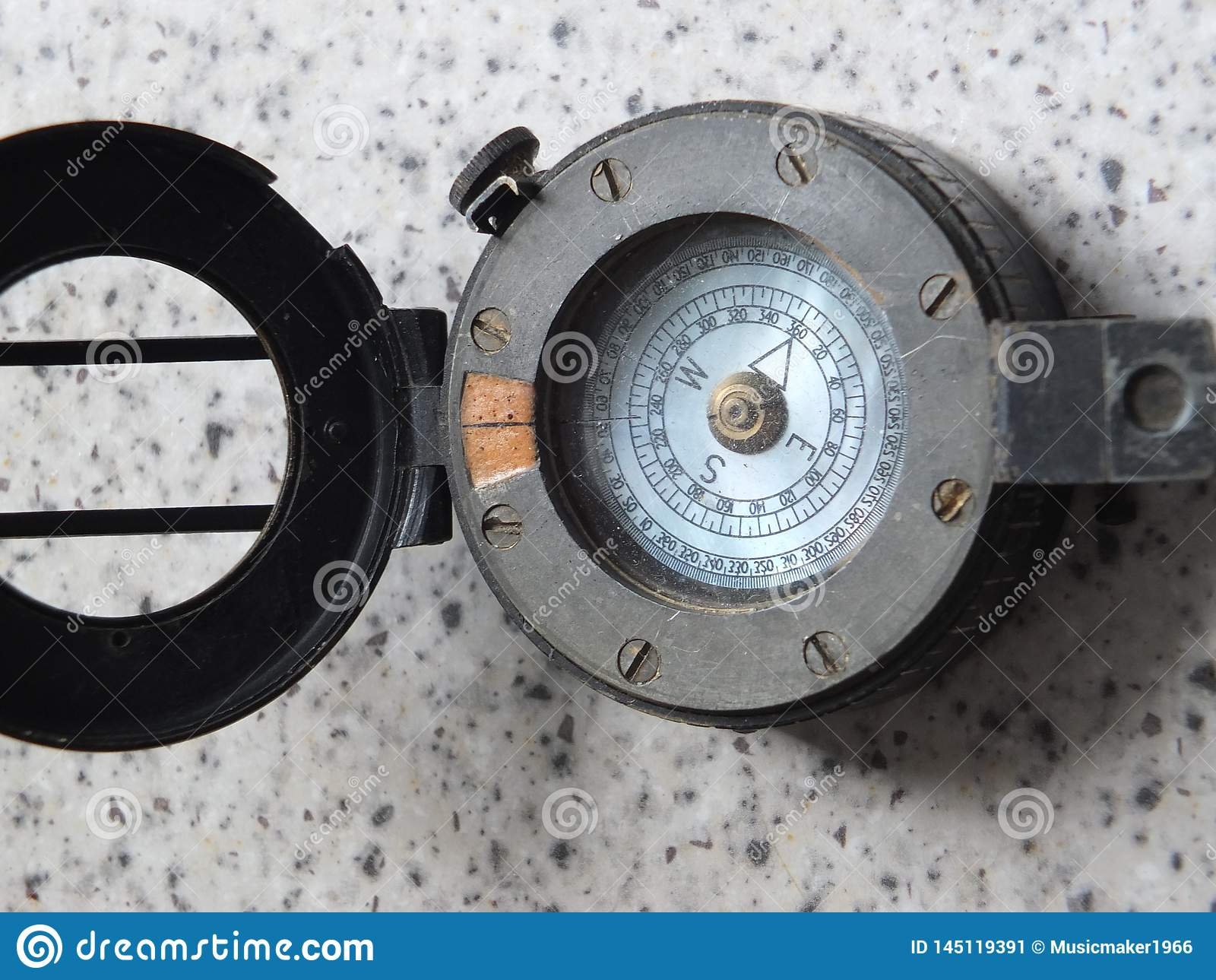 Boussole en métal du cru WW2 avec le couvercle ouvert