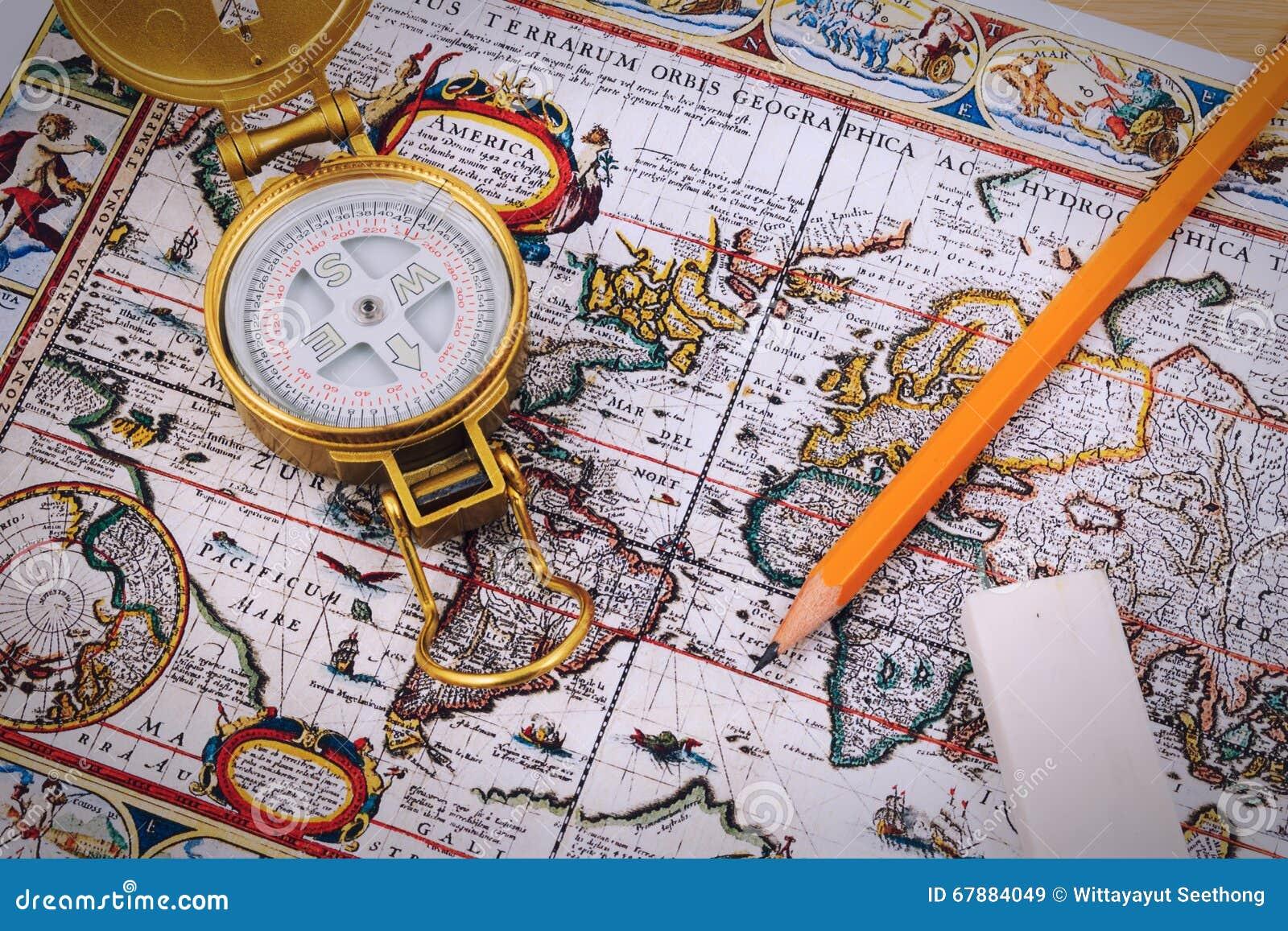 Boussole et stylo sur la carte de vintage