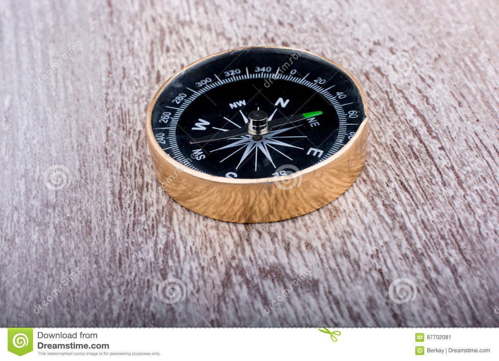 Boussole noire pour déterminer des directions