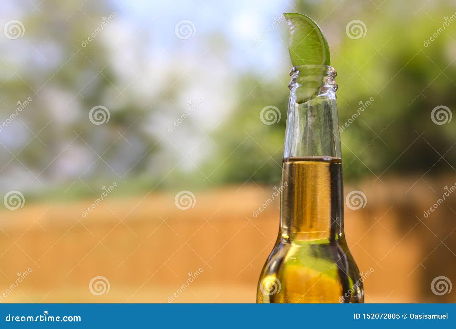 Bouteille à bière avec une chaux sur le dessus