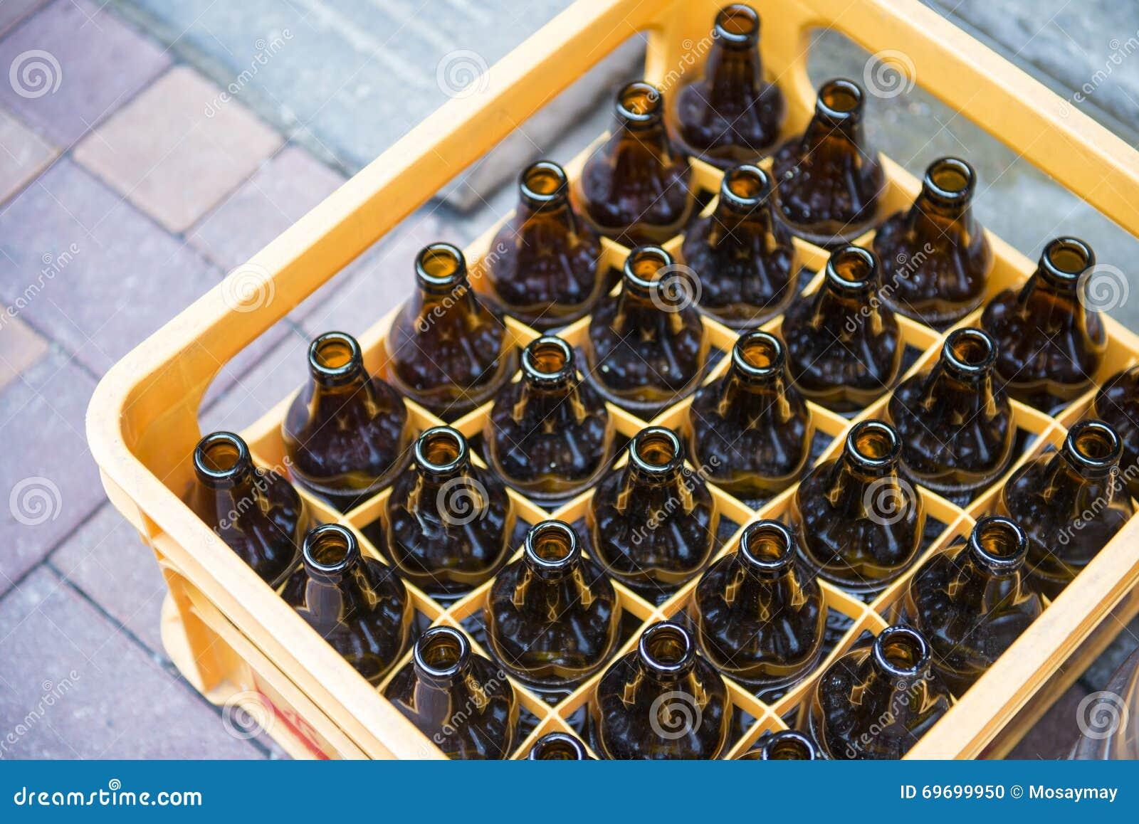 bouteille bire dans des caisses en plastique jaunes - Caisse Biere Plastique
