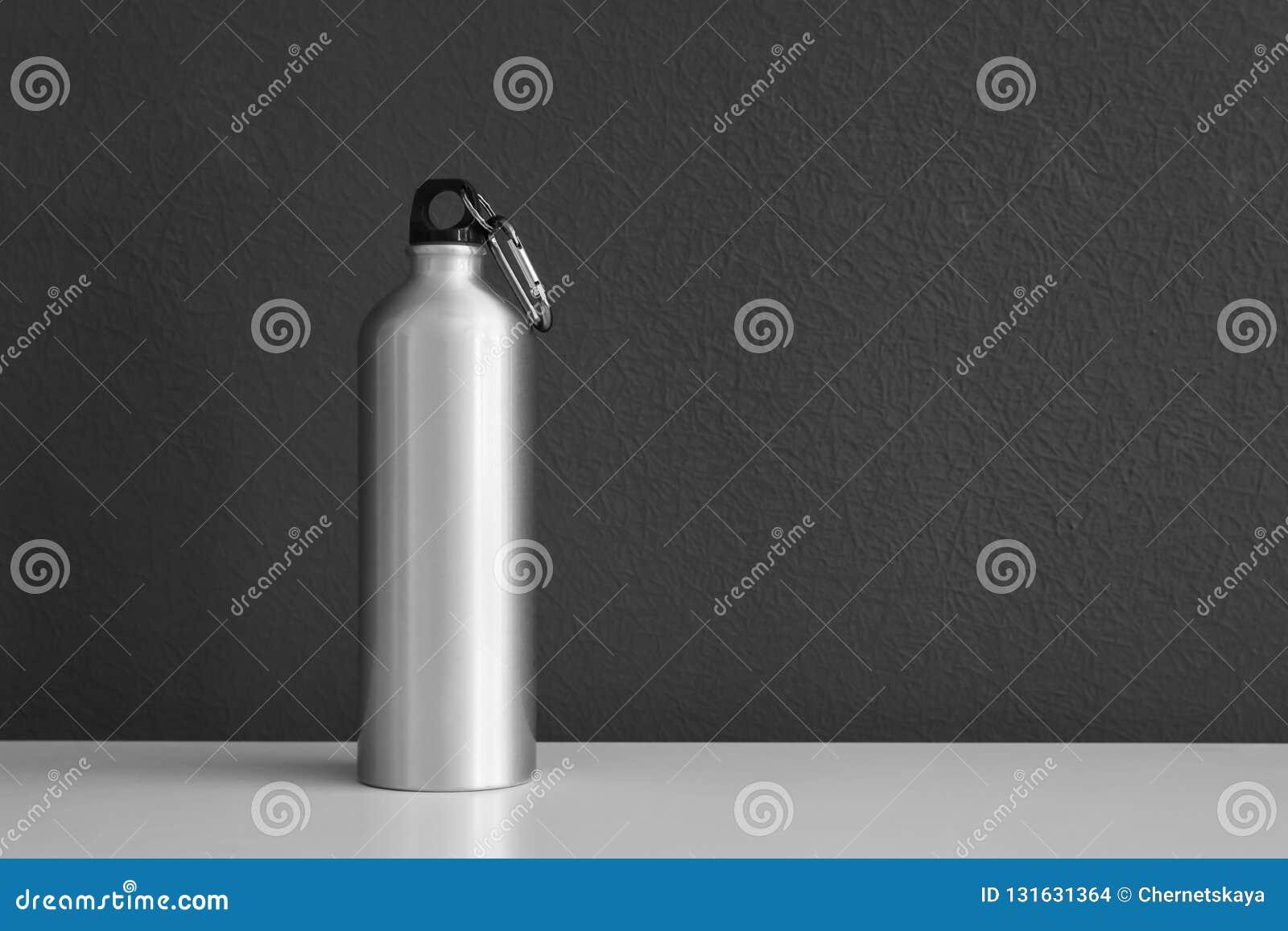 Bouteille d eau en aluminium pour des sports sur le fond gris
