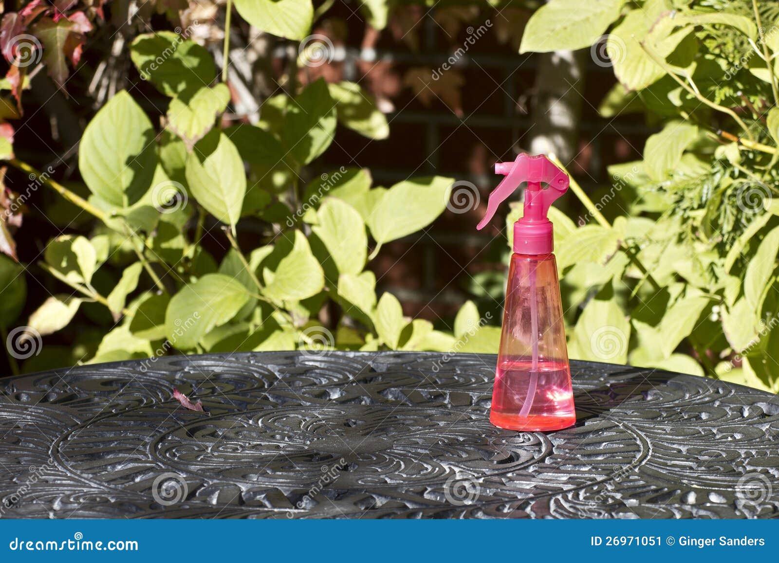 Bouteille D 39 Eau Rose De Jet Sur Le Tableau De Jardin Image