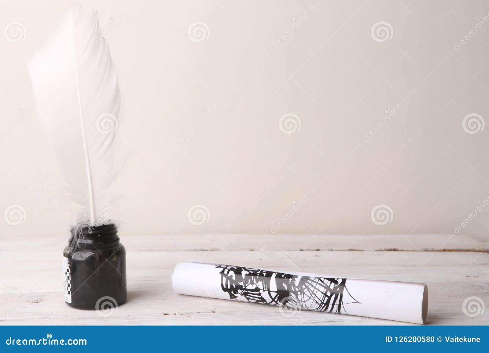 Bouteille D Encre Avec Le Rouleau De Plume Et De Papier Avec