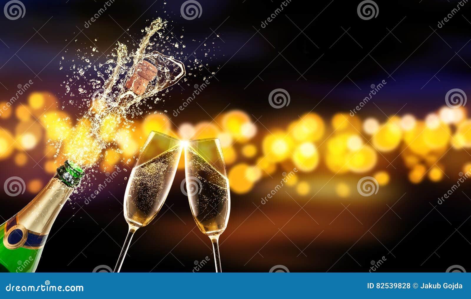 Bouteille de champagne avec le verre au-dessus du fond de tache floue