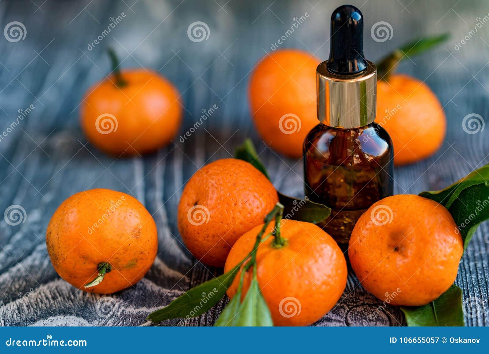 Bouteille de compte-gouttes d huile essentielle de mandarine